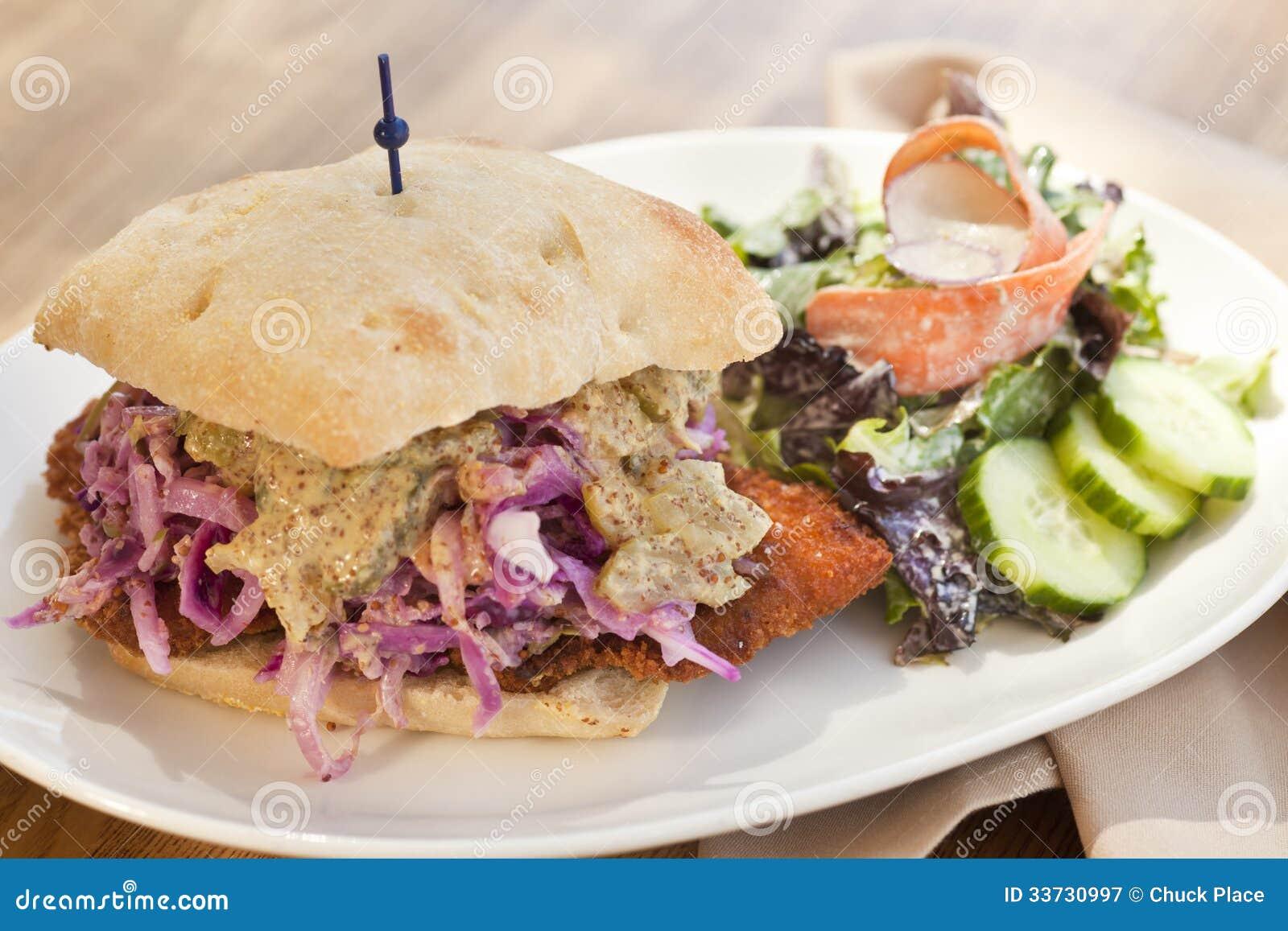 Котлета свинины с фиолетовым сандвичем мустарда sauerkraut и земли