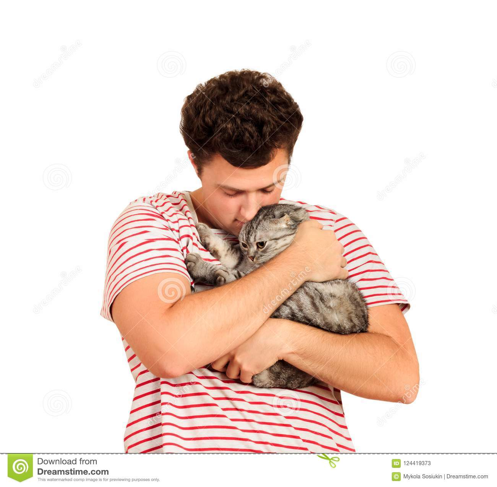 Кот и человек, портрет счастливого кота с глазами конца и молодой человек, люди играя с котенком Парень обнимает его любимчика em