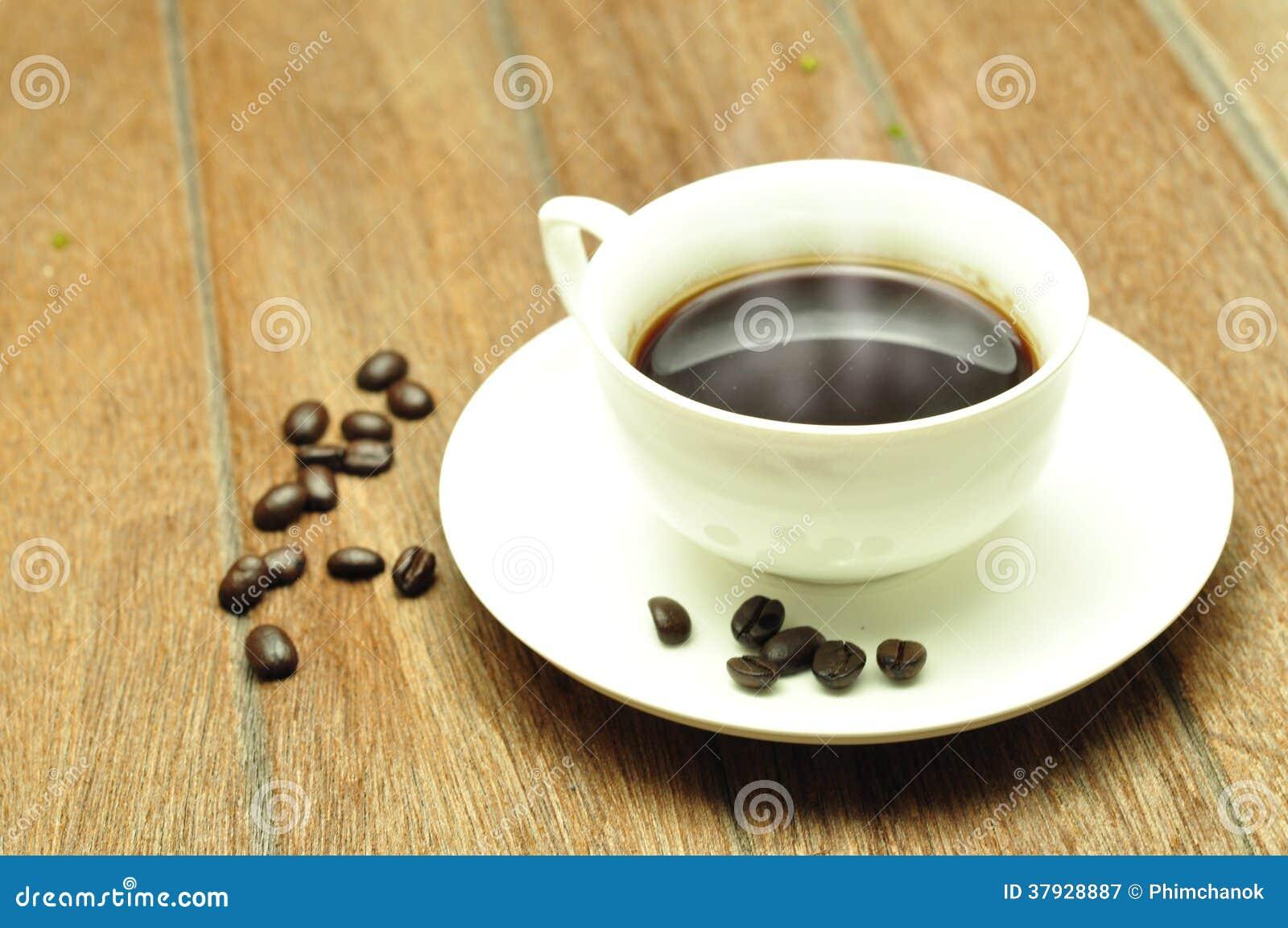 Кофейная чашка и фасоли.