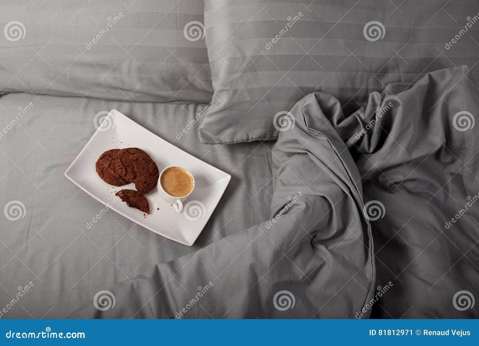 кофейная чашка одевая белизну утра мантии девушки