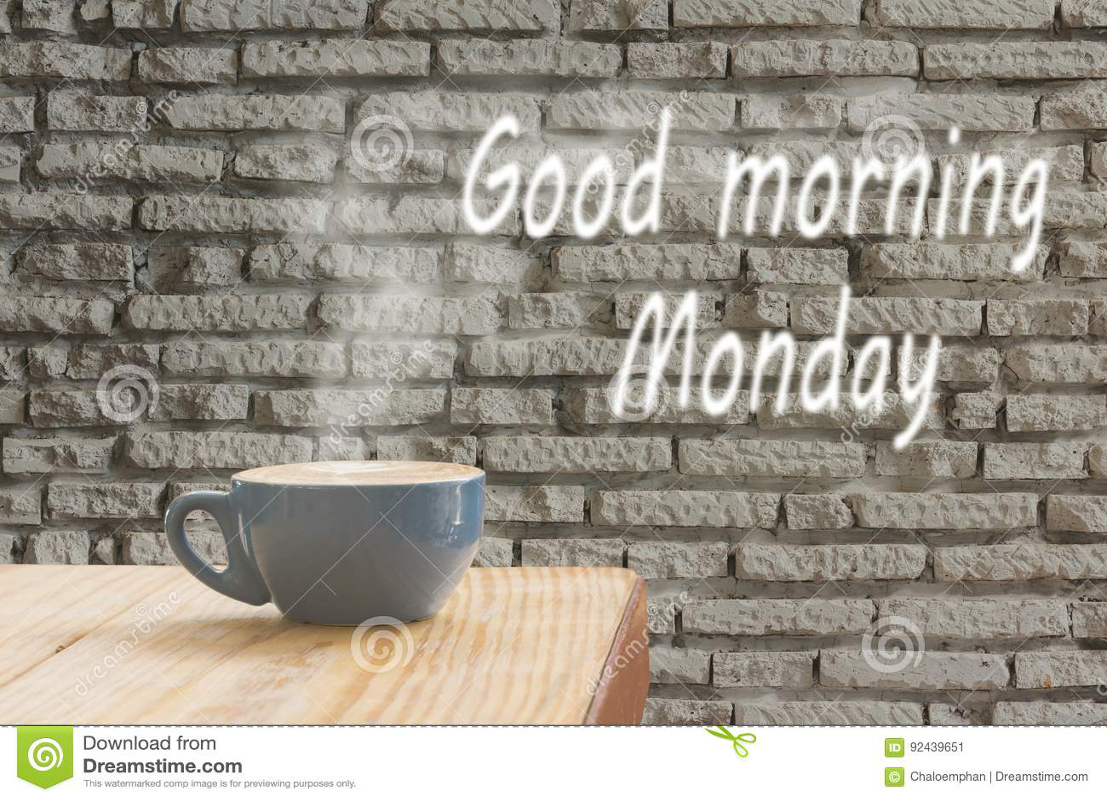 Кофейная чашка с потоком пара против белого backgr кирпичной стены