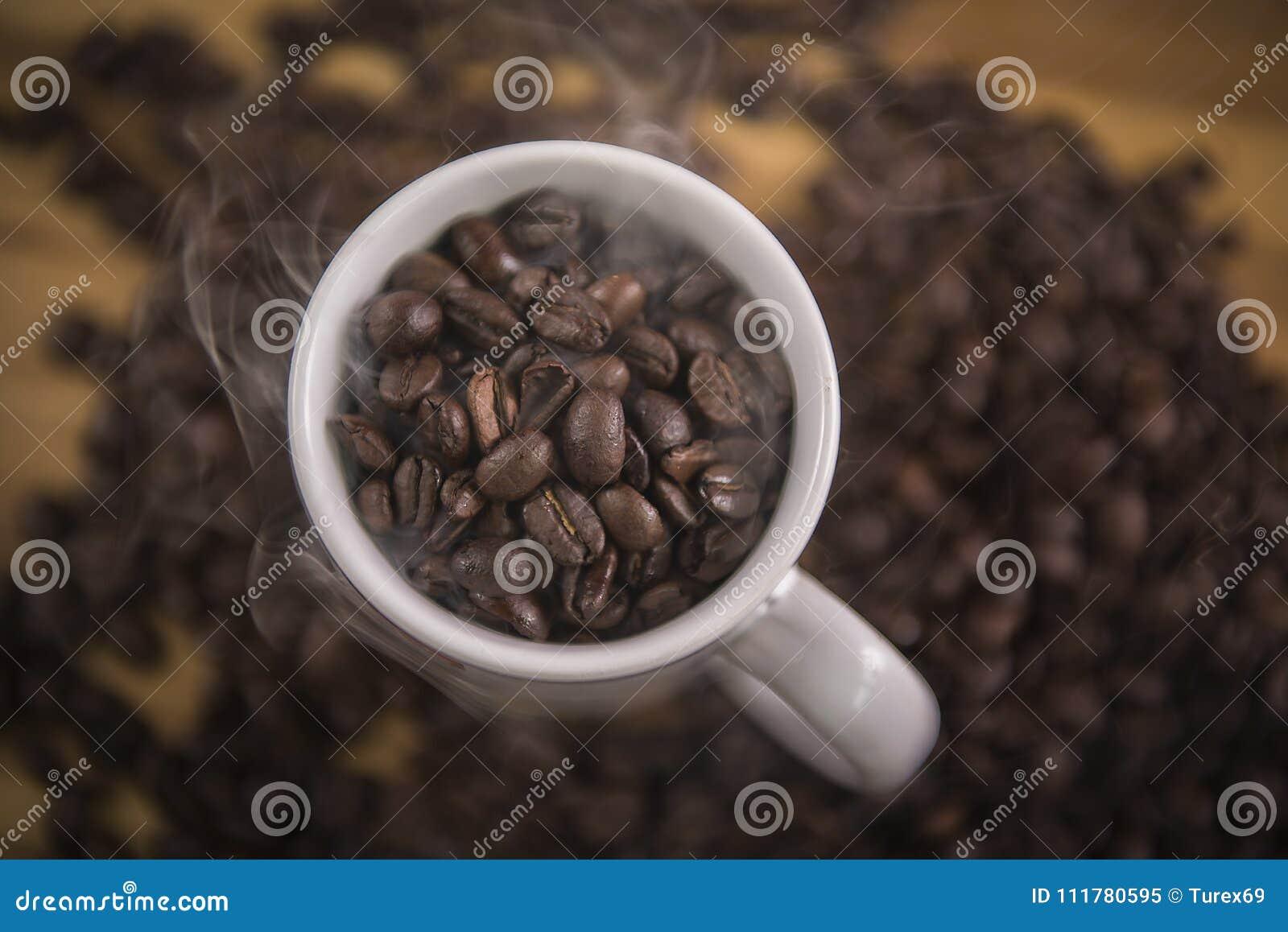 Кофейные зерна в белой кружке