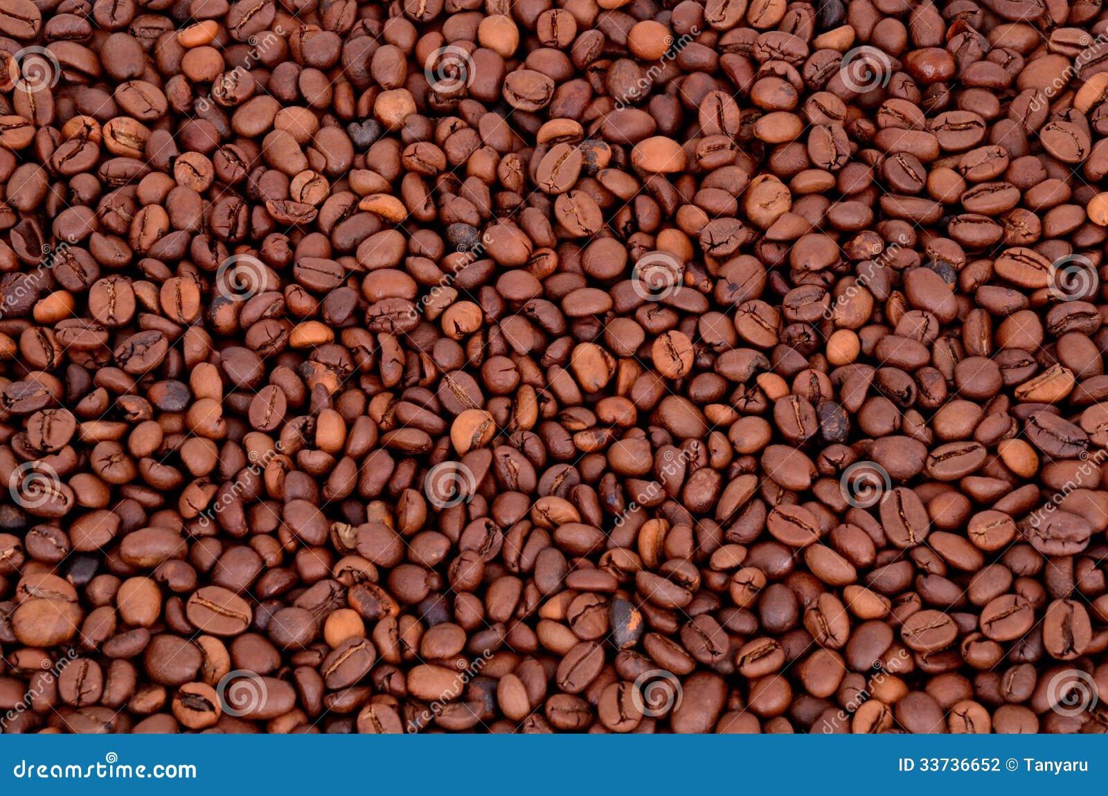 Кофейные зерна на полном фоне