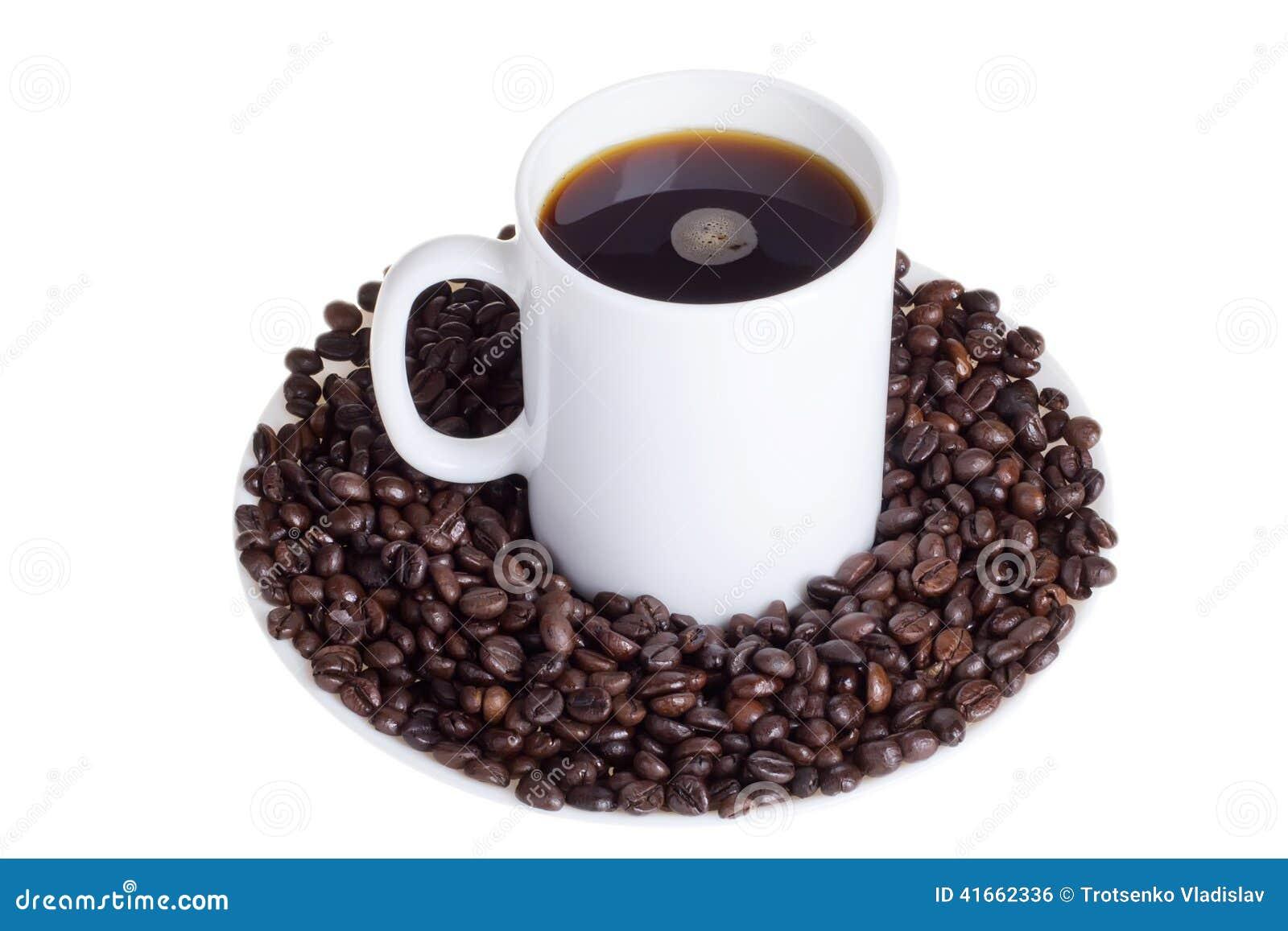 Кофейные зерна с чашкой кофе