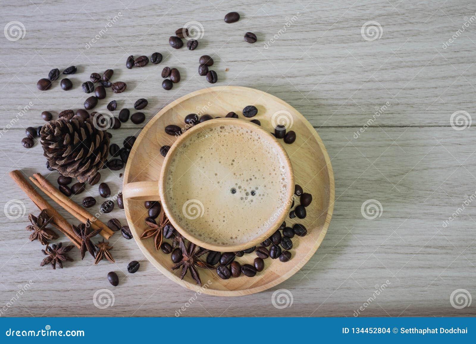 Кофе в деревянной чашке с молоком