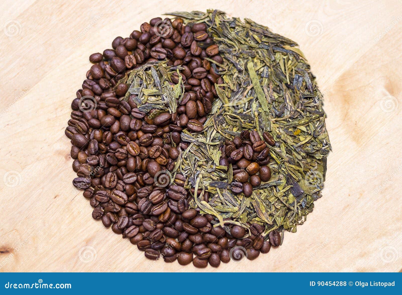 Кофе и зеленый чай в символе Yin yang Концепция для тонических напитков