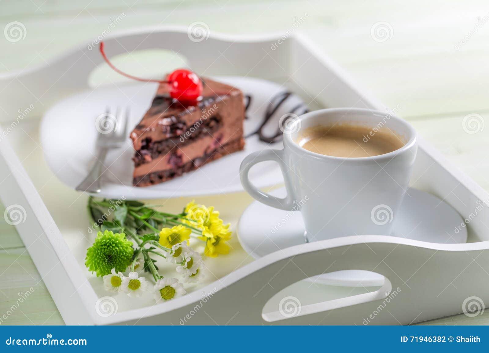 Кофе и шоколадный торт с вишнями