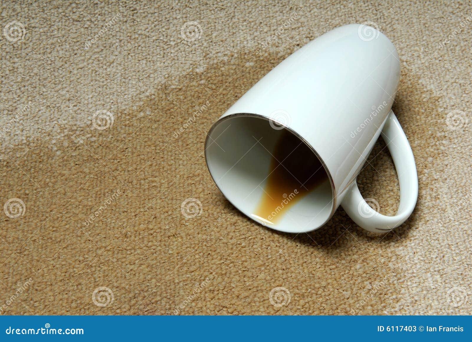 кофе ковра разлил
