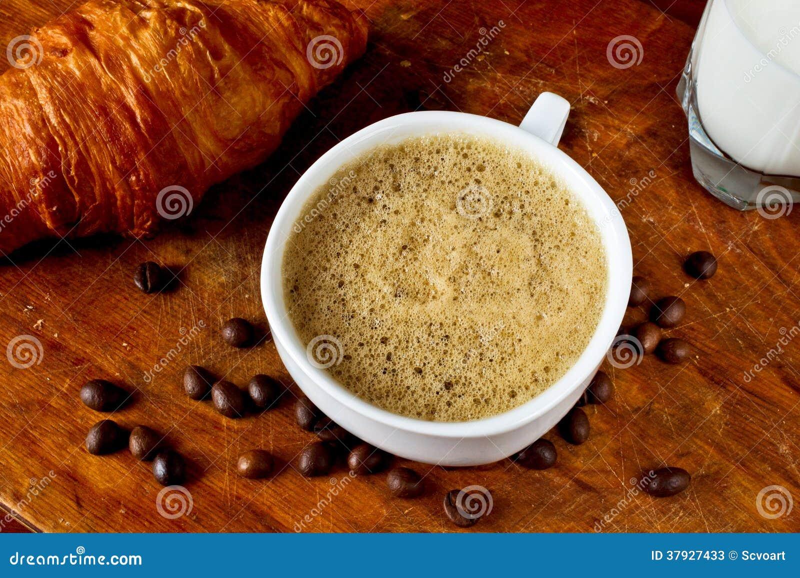 Кофе, круассан и молоко