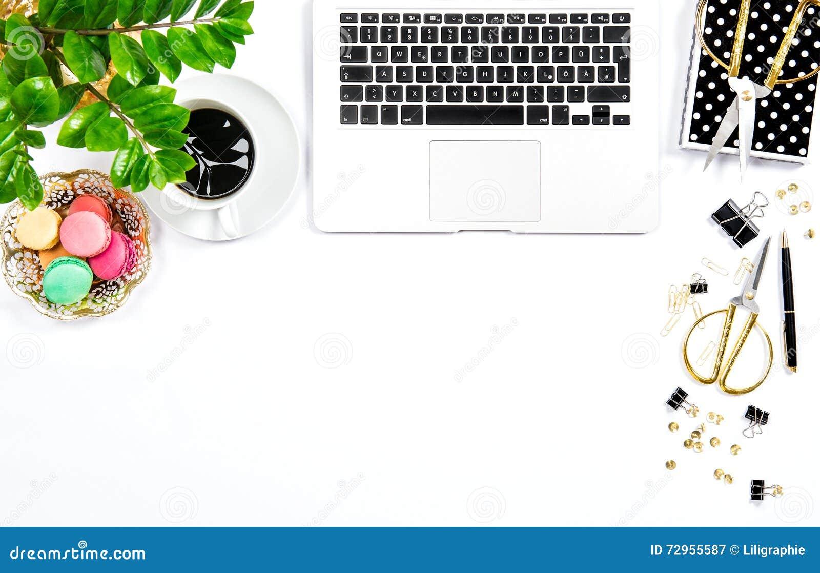Кофе, печенья macaroon, канцелярские товары, зеленый цвет портативного компьютера