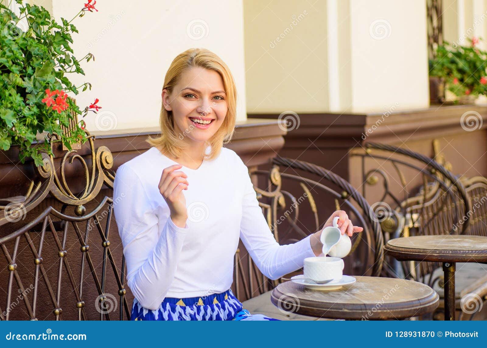 Кофе питья девушки каждое утро на том самом месте как ежедневно ритуал Кружка хорошего кофе в утре дает мне обязанность энергии