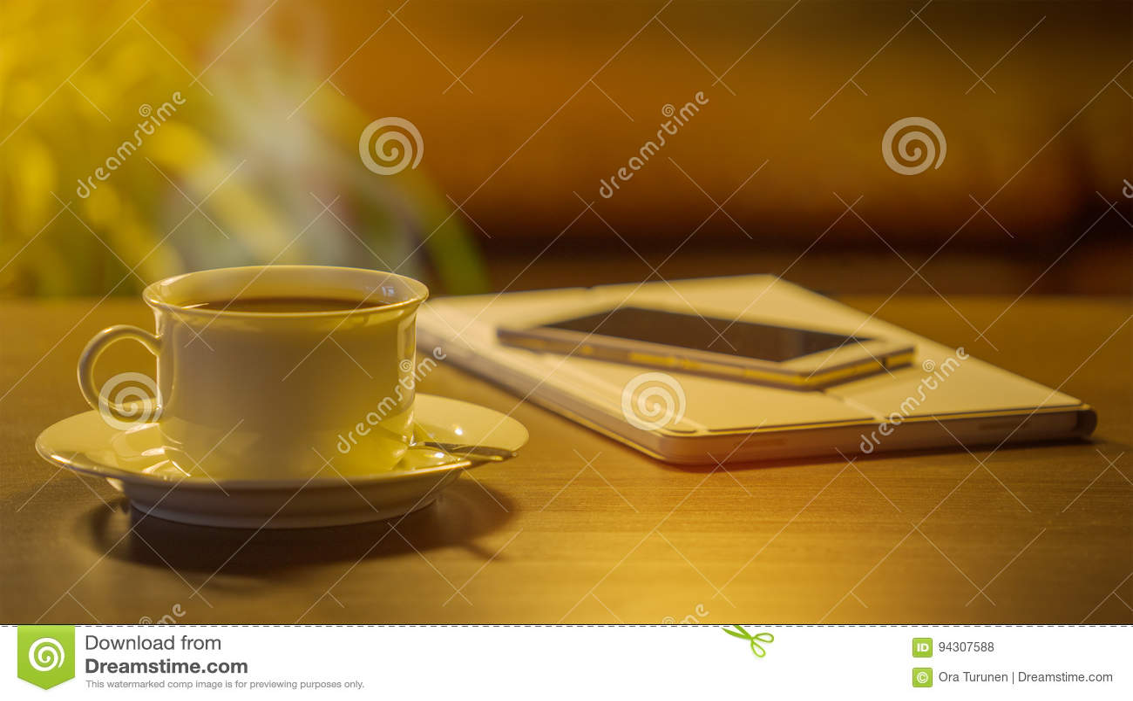 Кофе, телефон и таблетка цифров