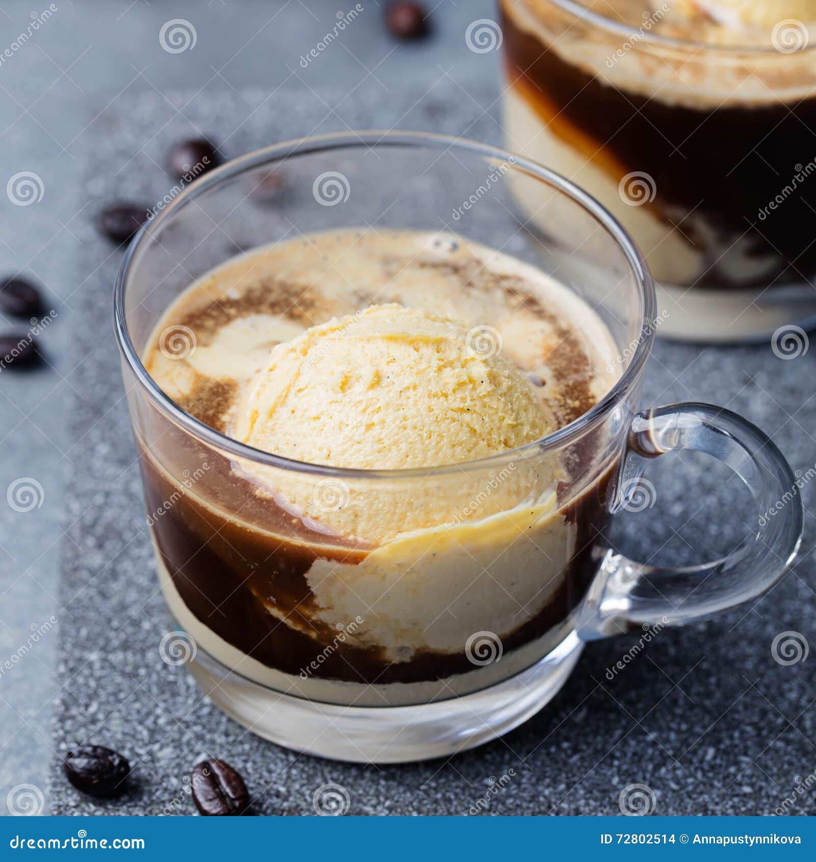 Кофе Affogato с мороженым на предпосылке шифера стеклянной чашки серой