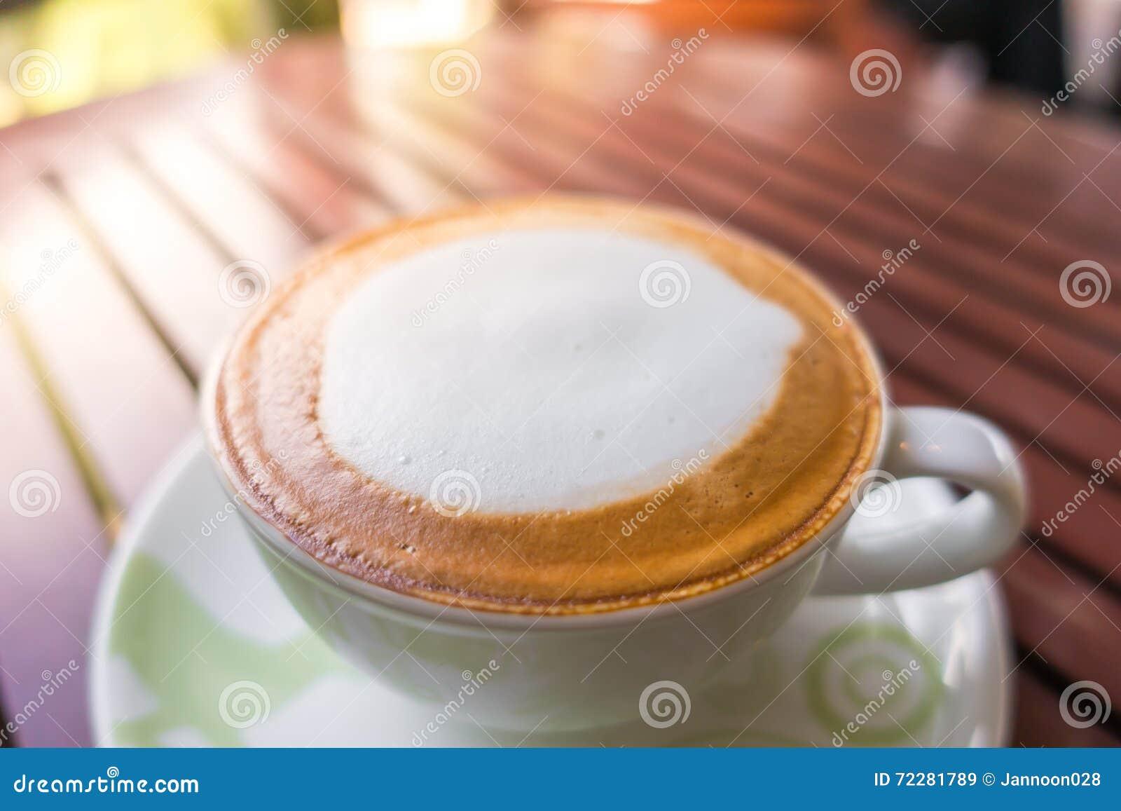 Download Кофе Latte на деревянном столе Стоковое Изображение - изображение насчитывающей сердце, наклонов: 72281789
