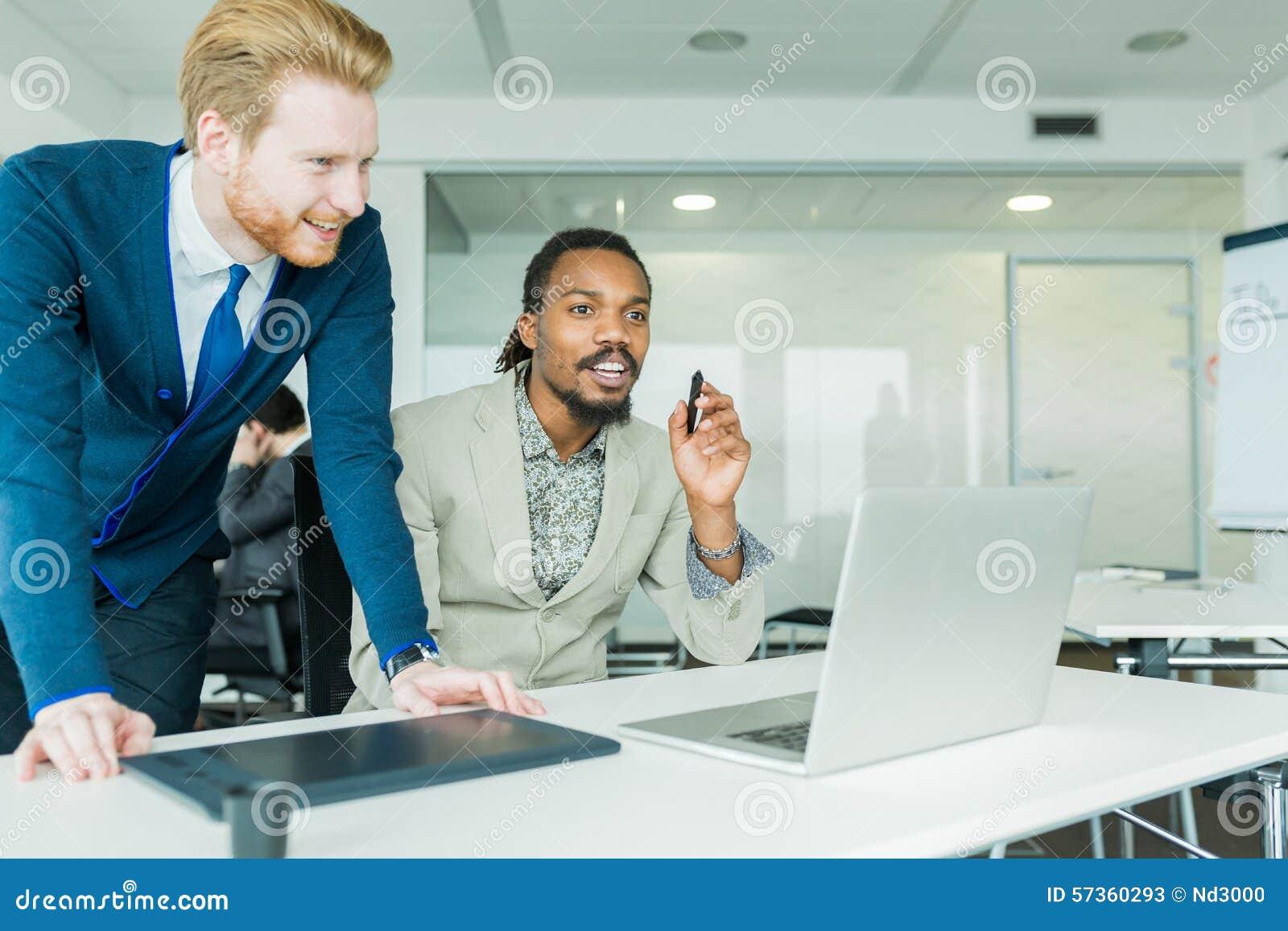 2 коллеги обсуждая ошибки проектирования графиков в славной белизне