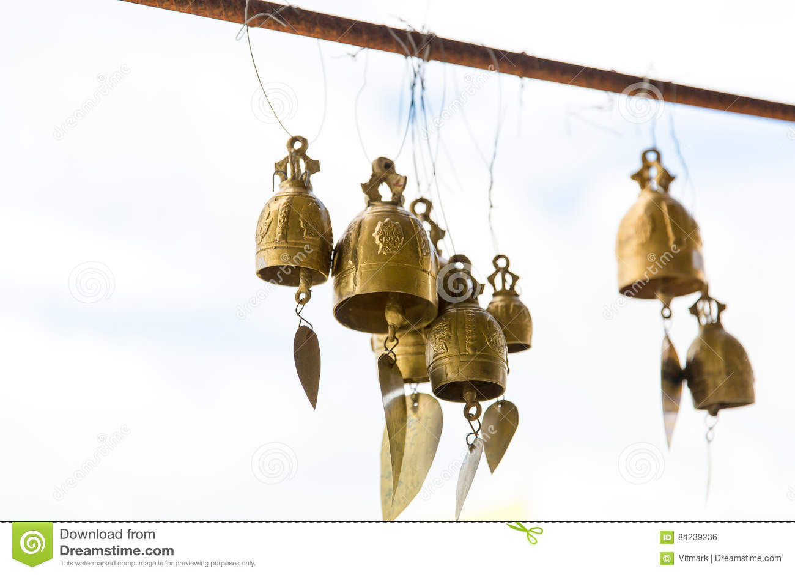 Колоколы традиции азиатские в виске буддизма в острове Пхукета, Таиланде Известные большие колоколы желания Будды