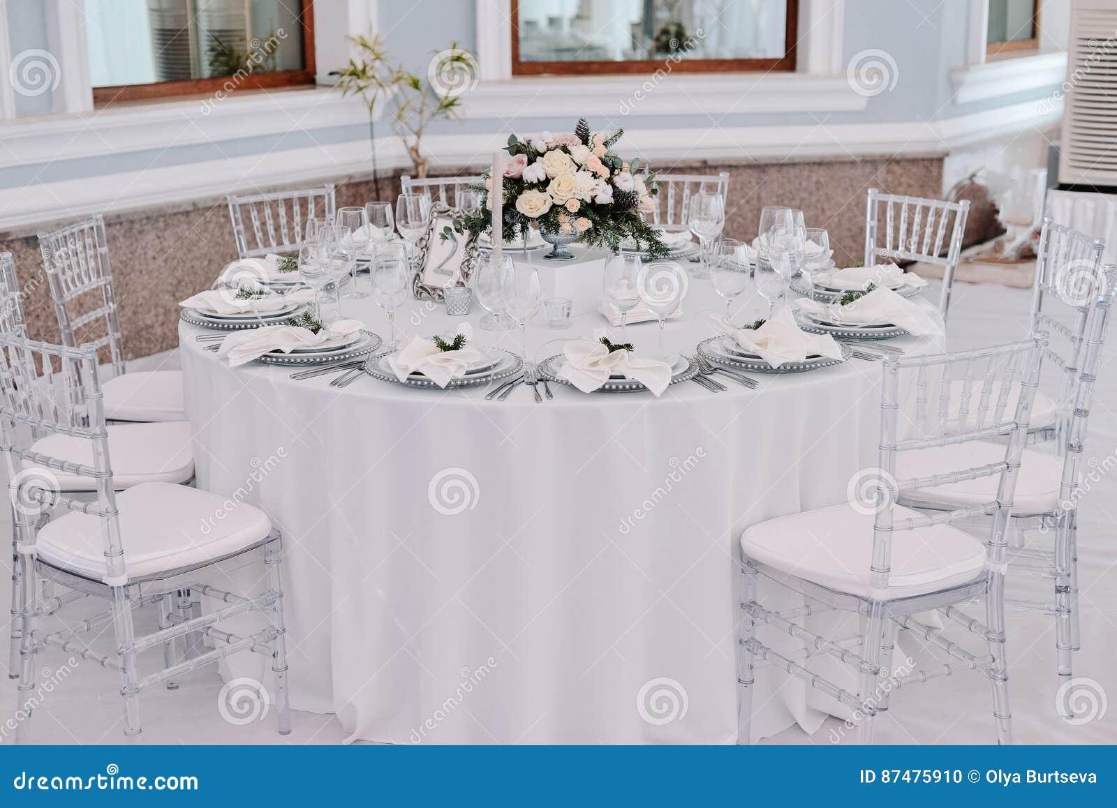 Колодец украсил таблицу пронумерованную гостем в tenderless зале свадьбы