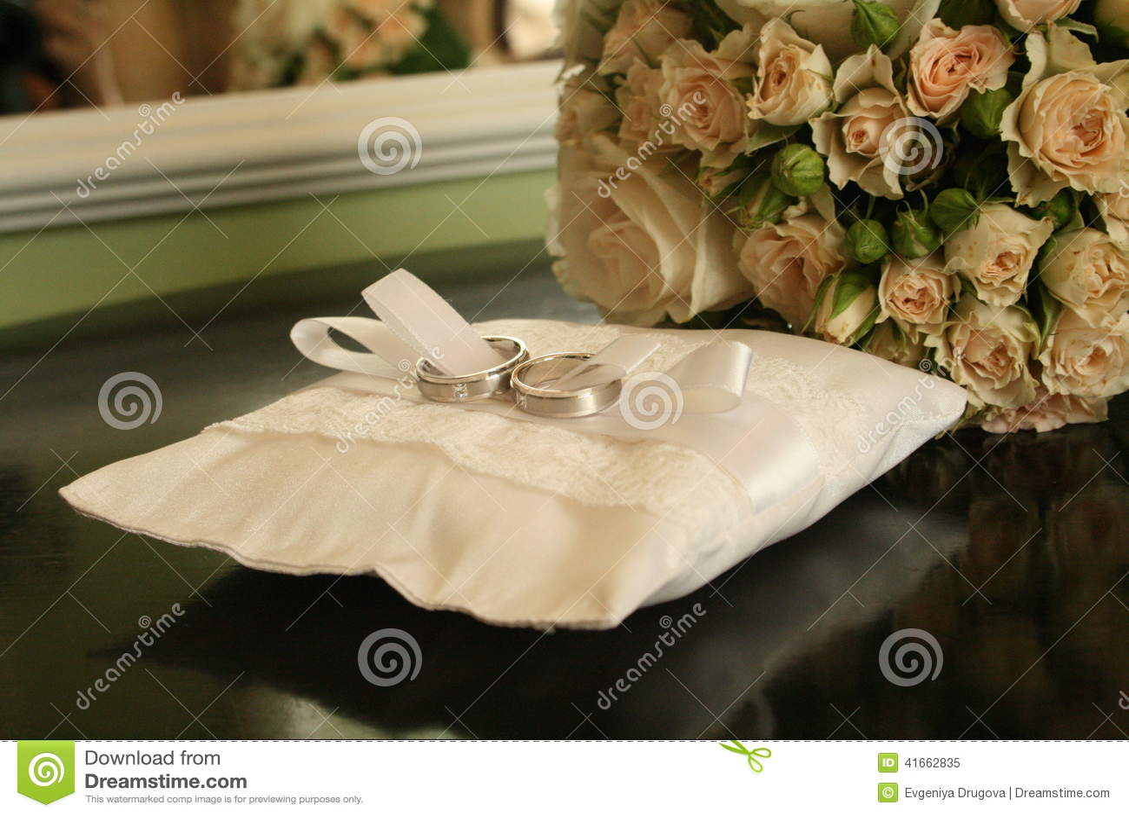 кольца предпосылки яркие wedding белизна