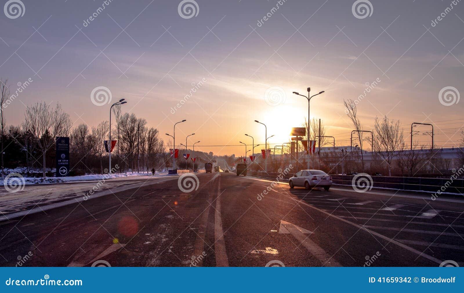 Кольцевая дорога города на заходе солнца с силуэтами управлять кораблями