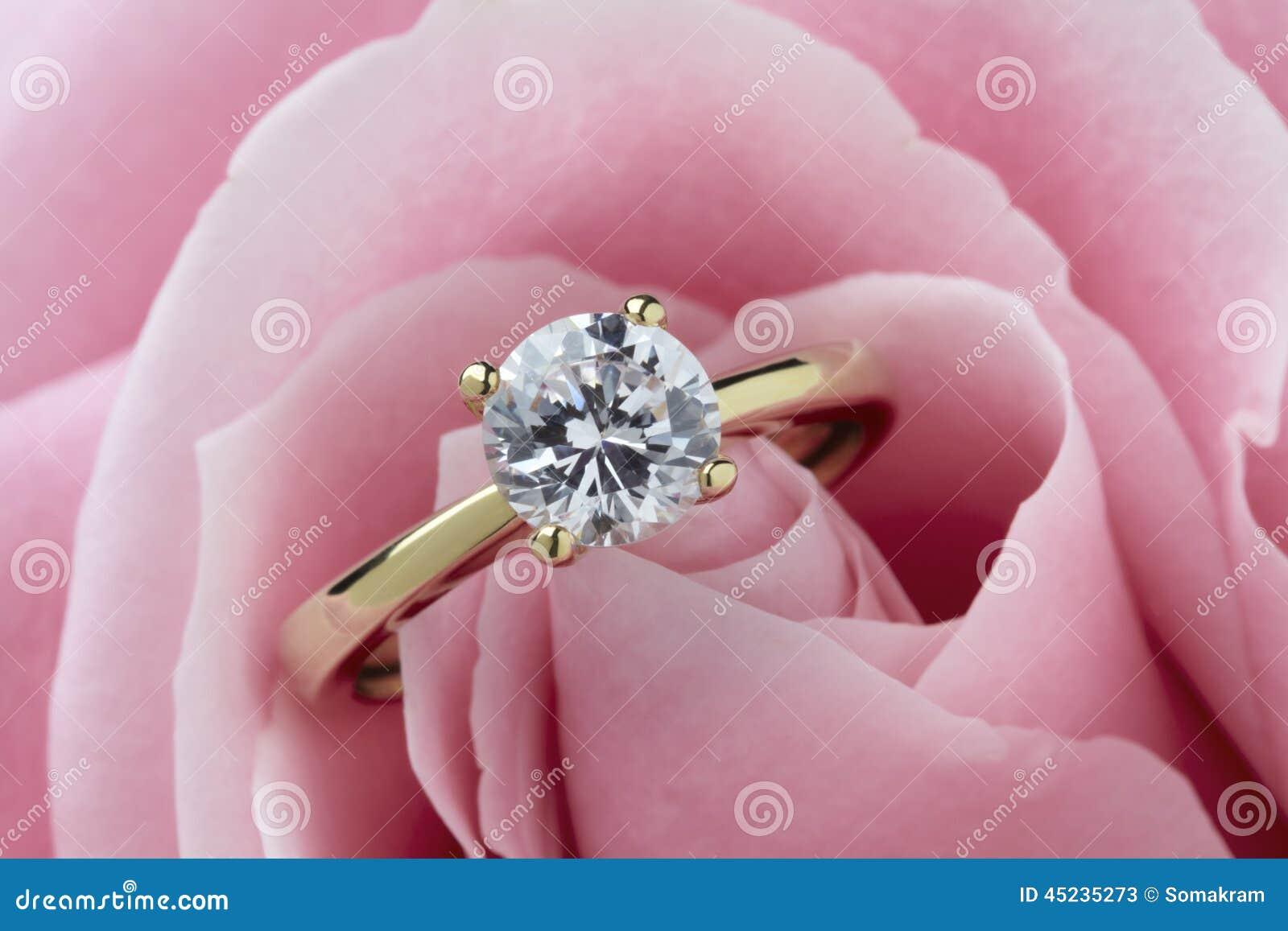 кольцо диаманта подняло