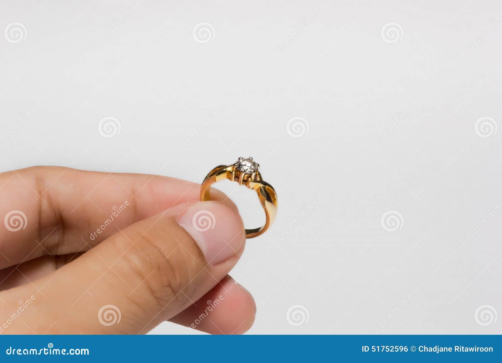 красивые кольца с бриллиантами  на руке