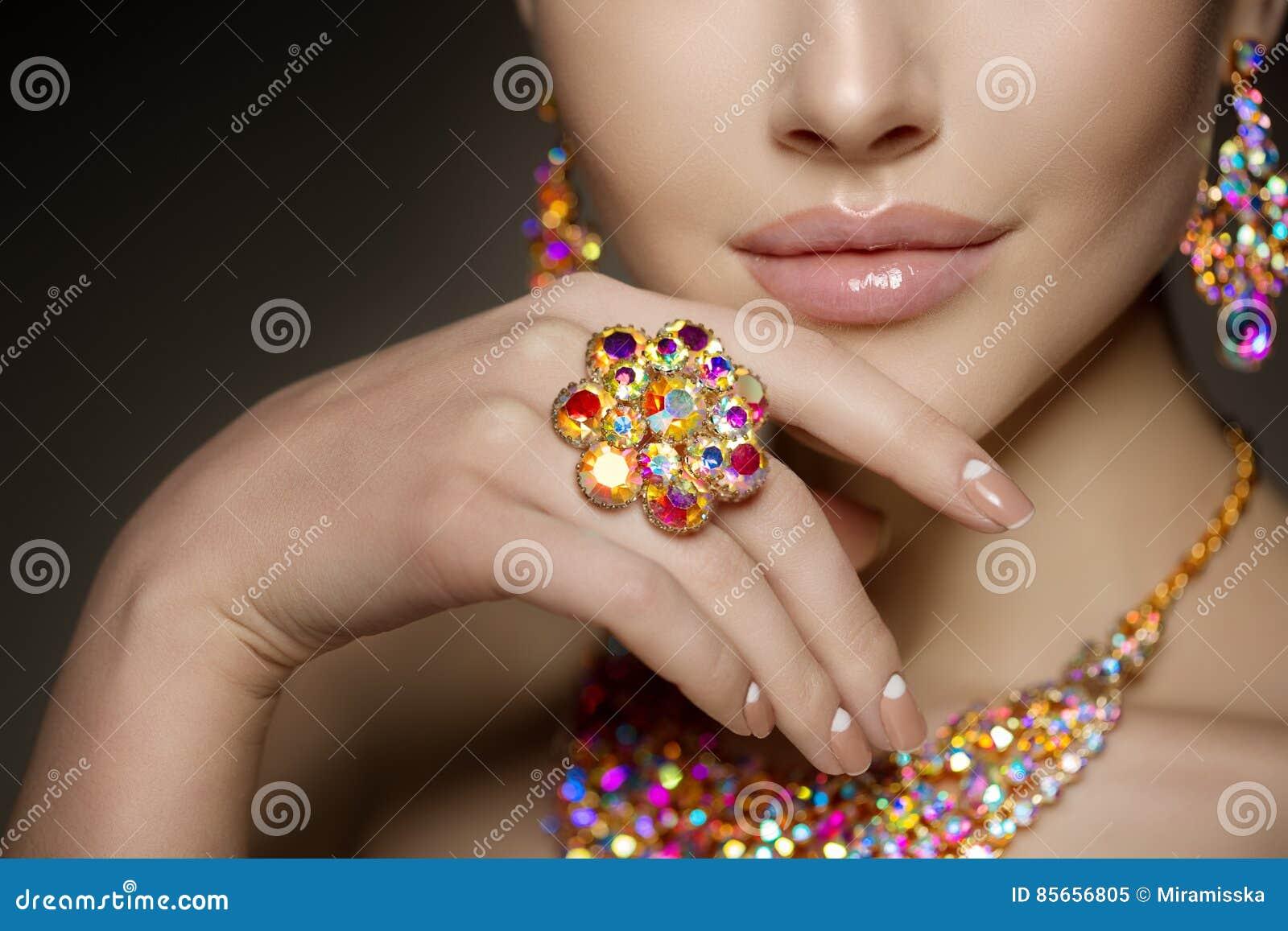 Кольцо с бриллиантом на руке красивой женщины brights Antiq