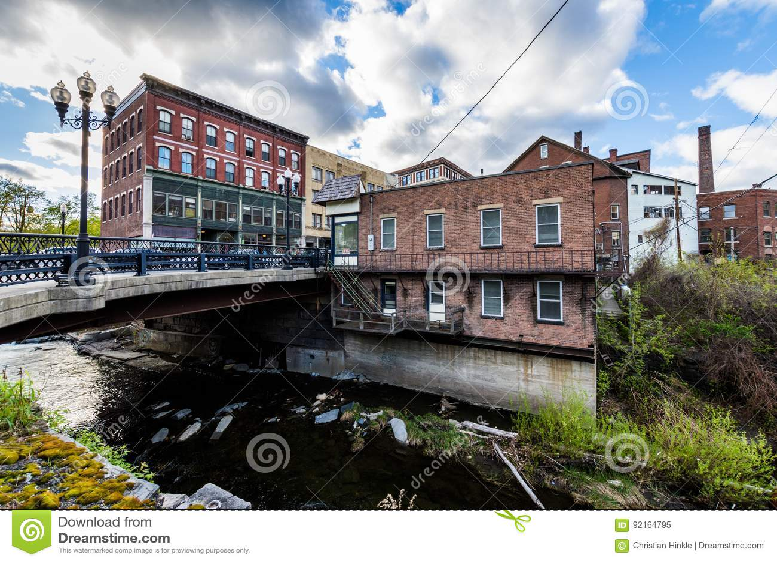 Край городского Brattleboro, Вермонта над ручейком точила