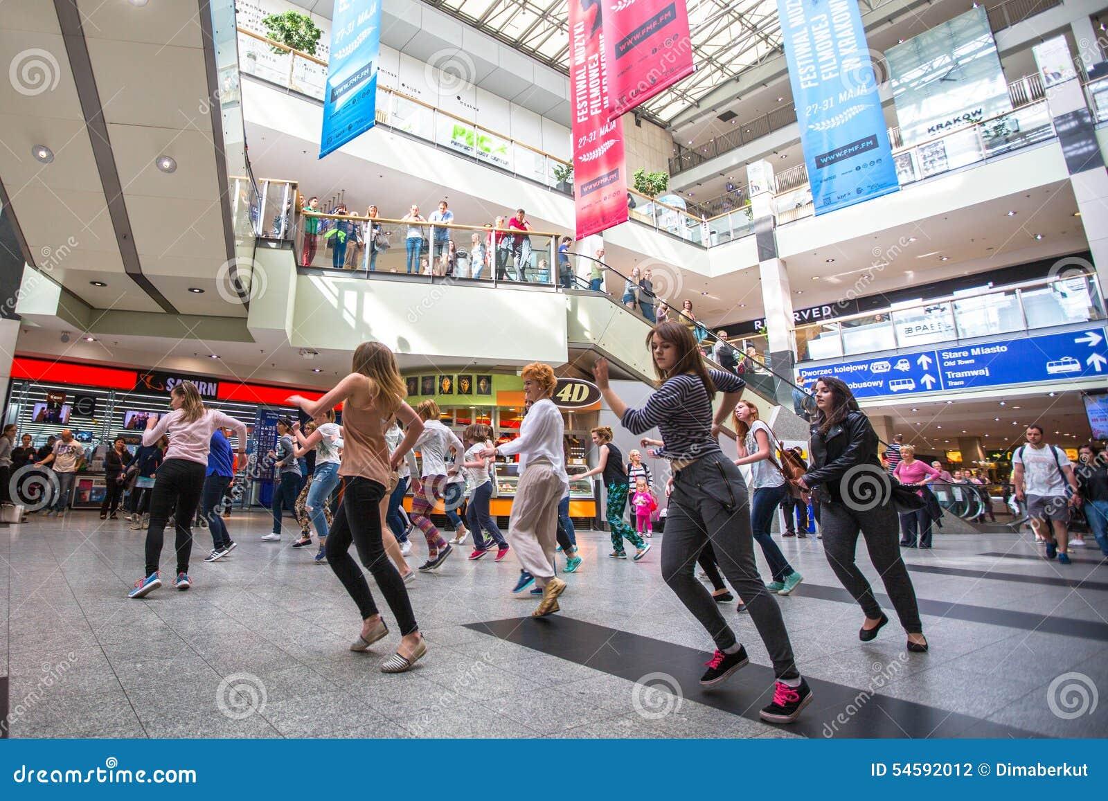 КРАКОВ, ПОЛЬША - участники в вспышке танца толпятся на вокзале главного города