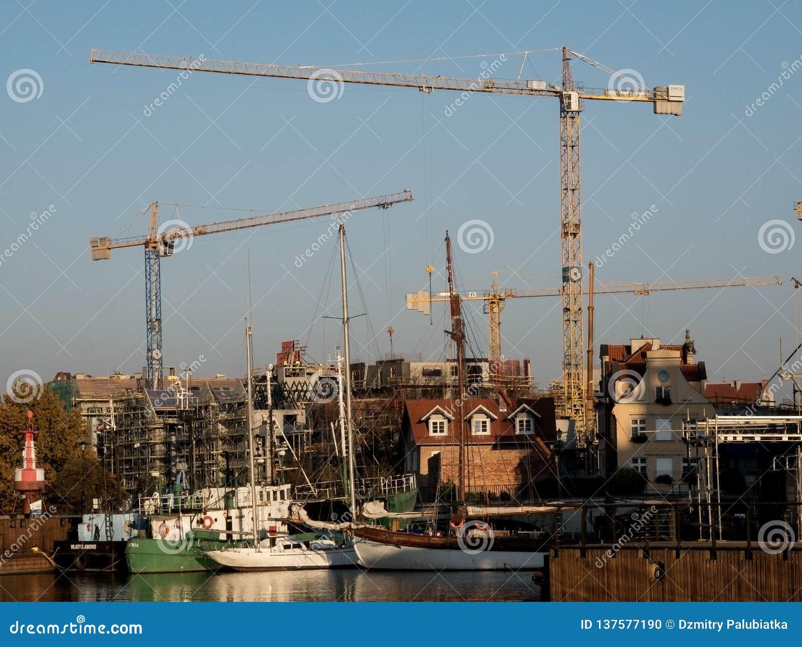 Краны конструкции на в Гданьск ландшафт урбанский