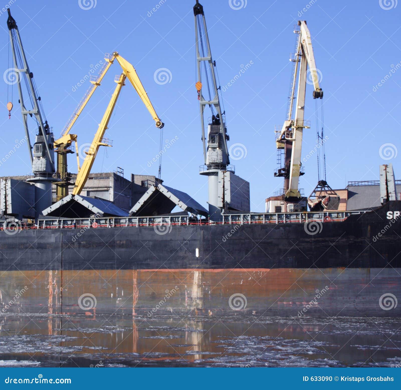 Download краны нагружая корабль стоковое фото. изображение насчитывающей экспорт - 633090