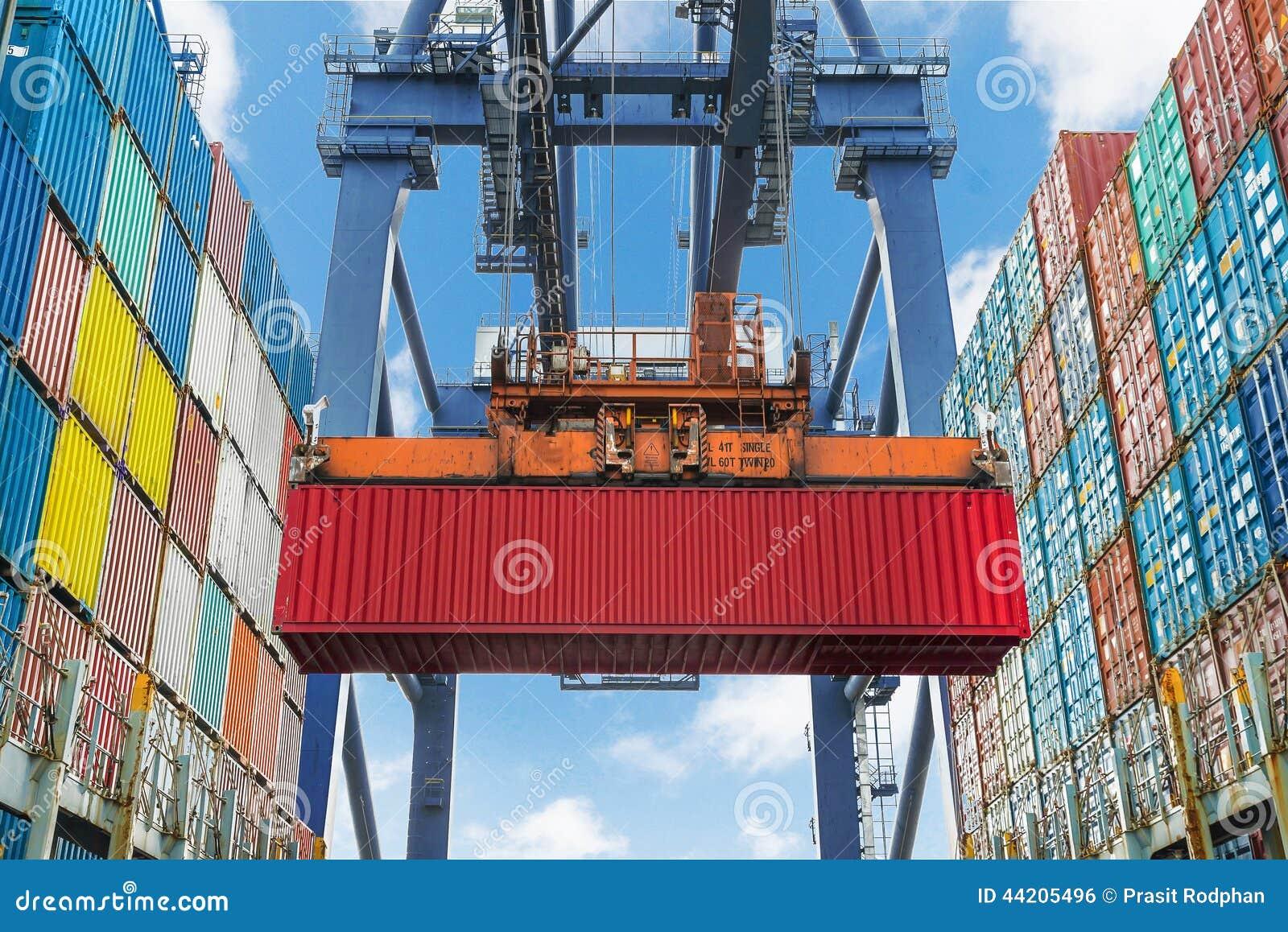 Кран берега поднимает контейнер во время деятельности груза в порте