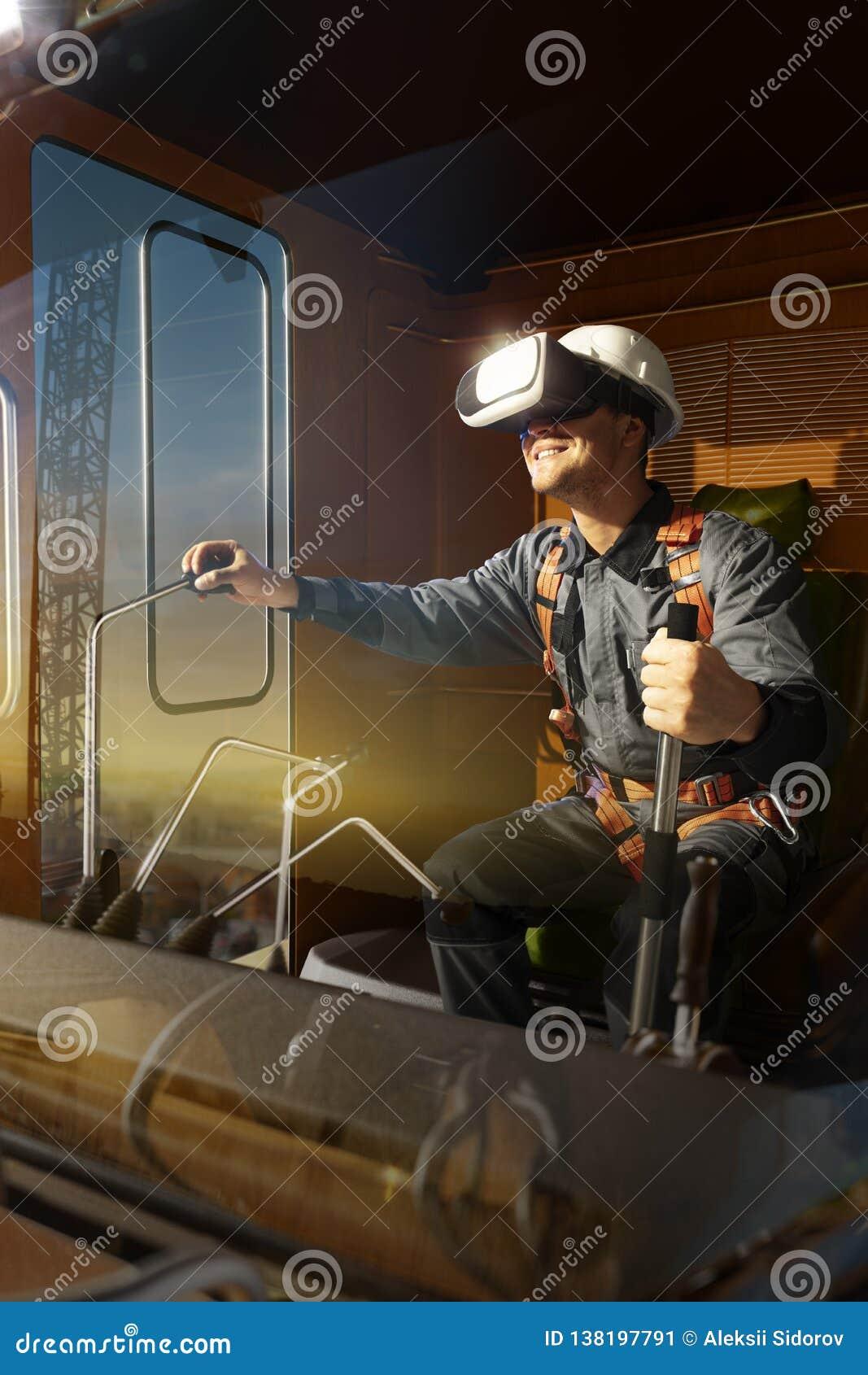Кран оператора инженера пробуя шлемофон VR и исследуя другой мир
