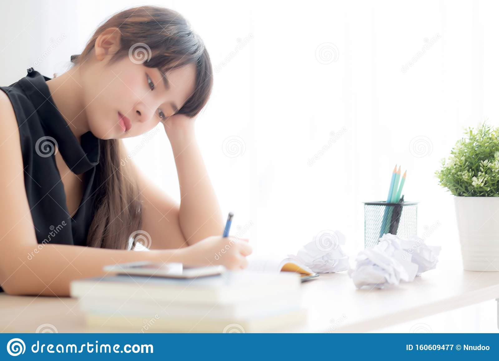 девушка пишет что устала на работе