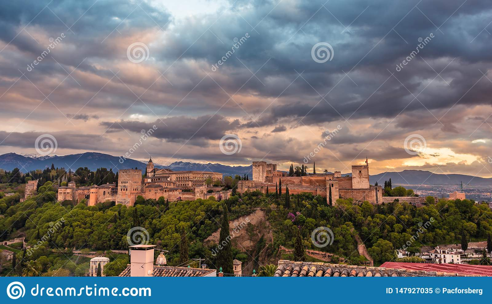 Красивая Альгамбра в заходе солнца 1