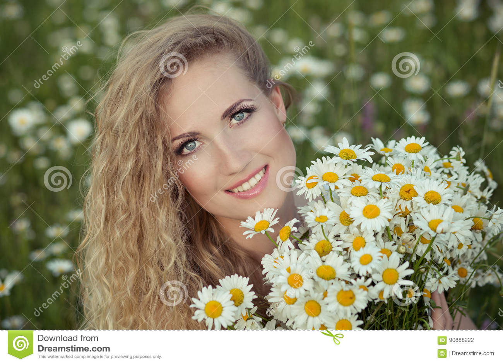 Красивая дама с милой дочерью на поле стоцвета