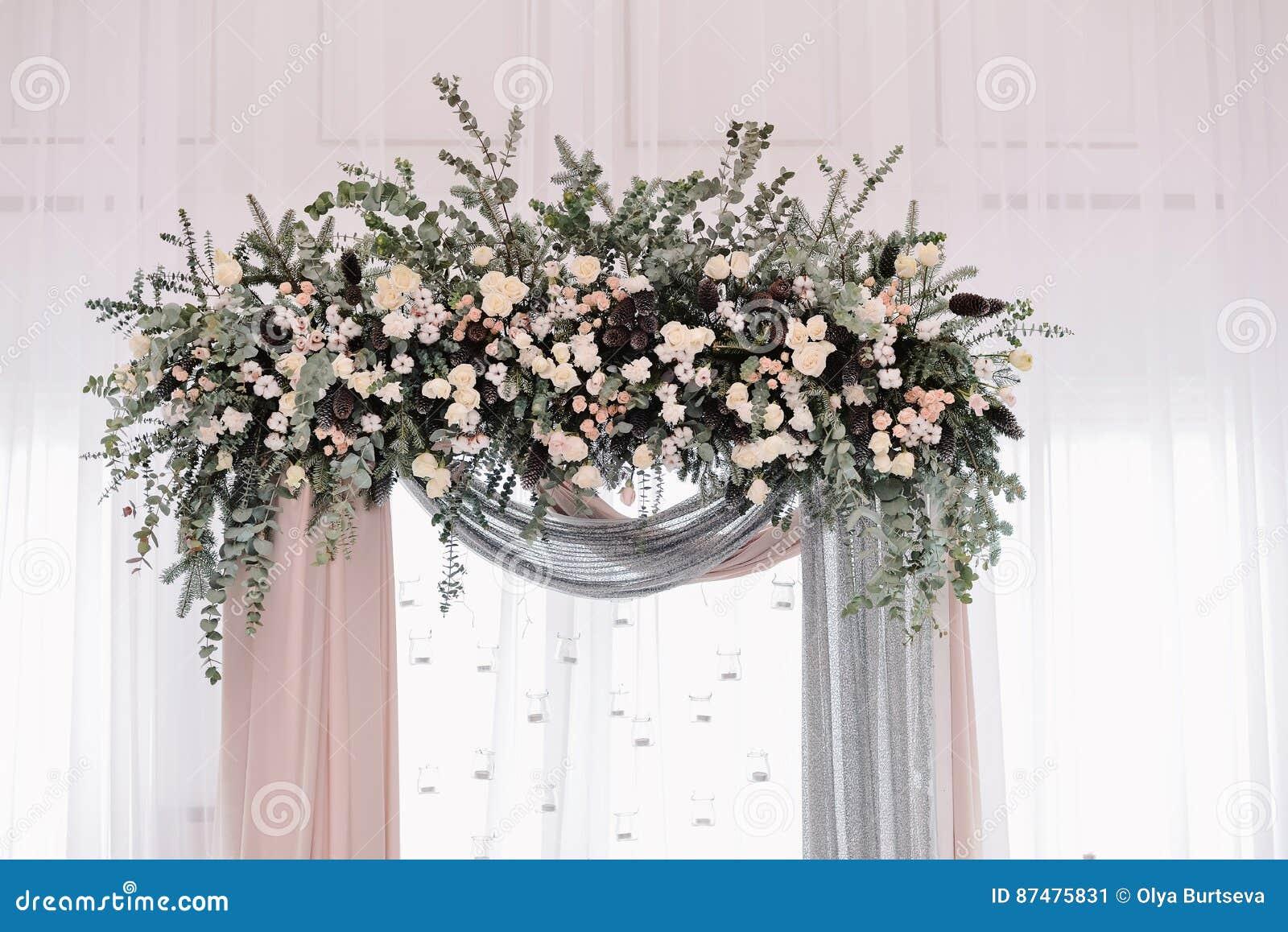 Красивая арка свадьбы Свод украшенный с peachy и серебристыми тканью и цветками
