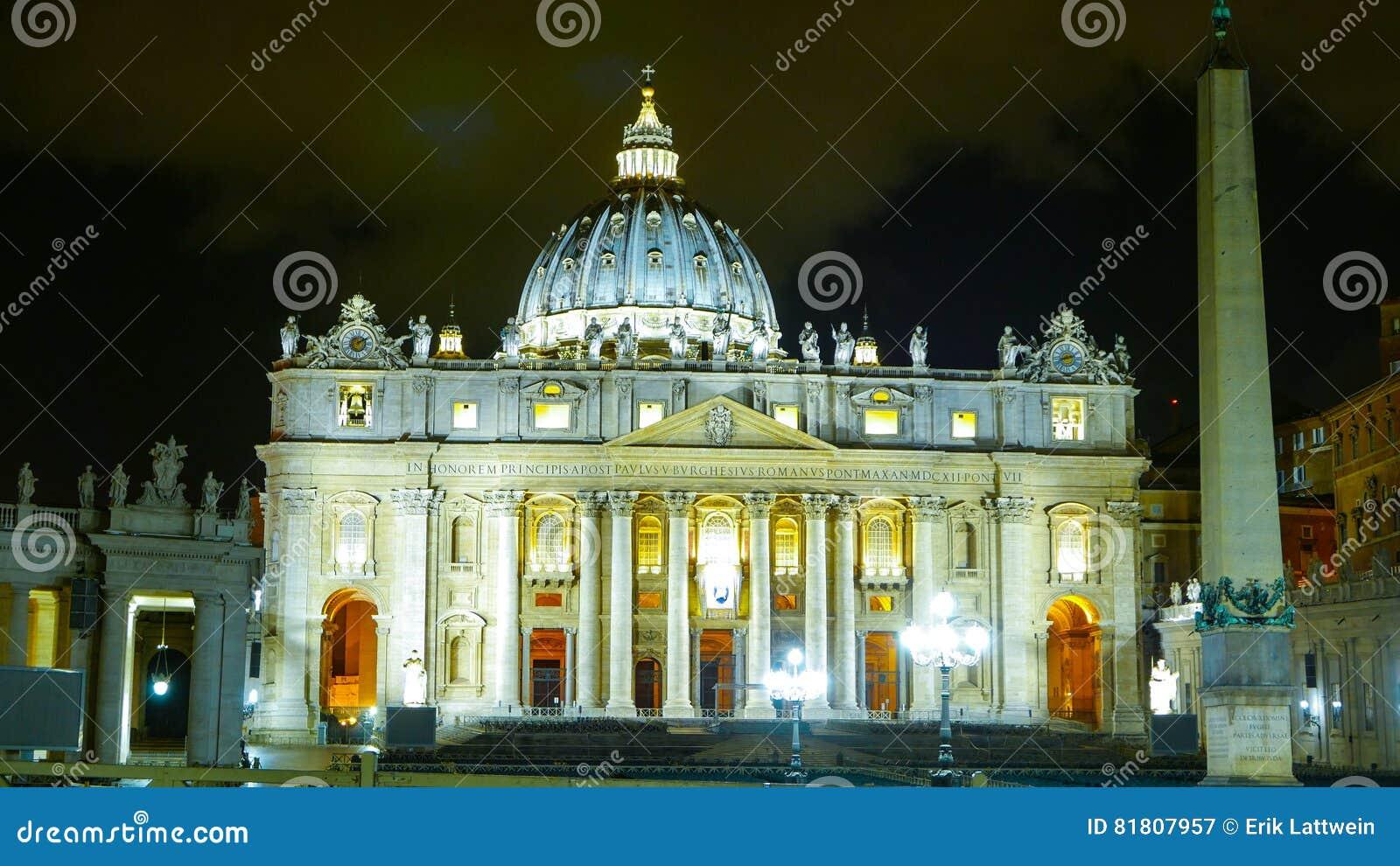 Красивая базилика St Peters на Ватикане в Риме - взгляде ночи