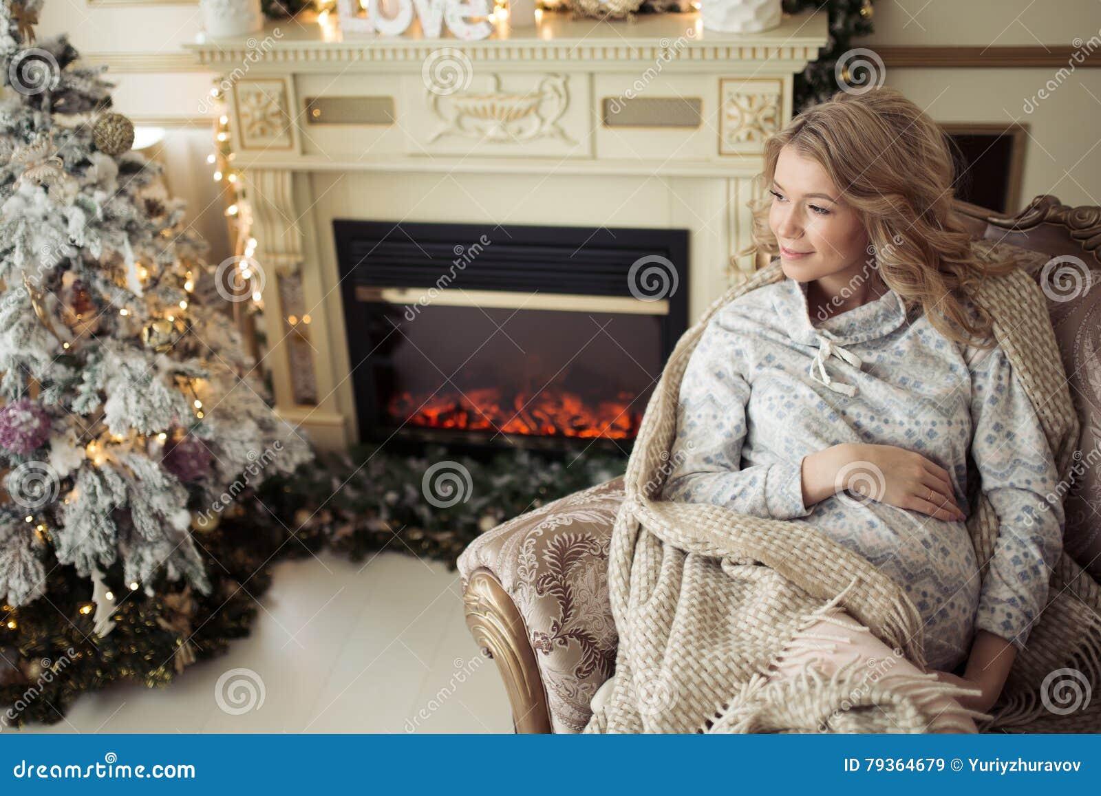Красивая беременная женщина в комфортабельных одеждах