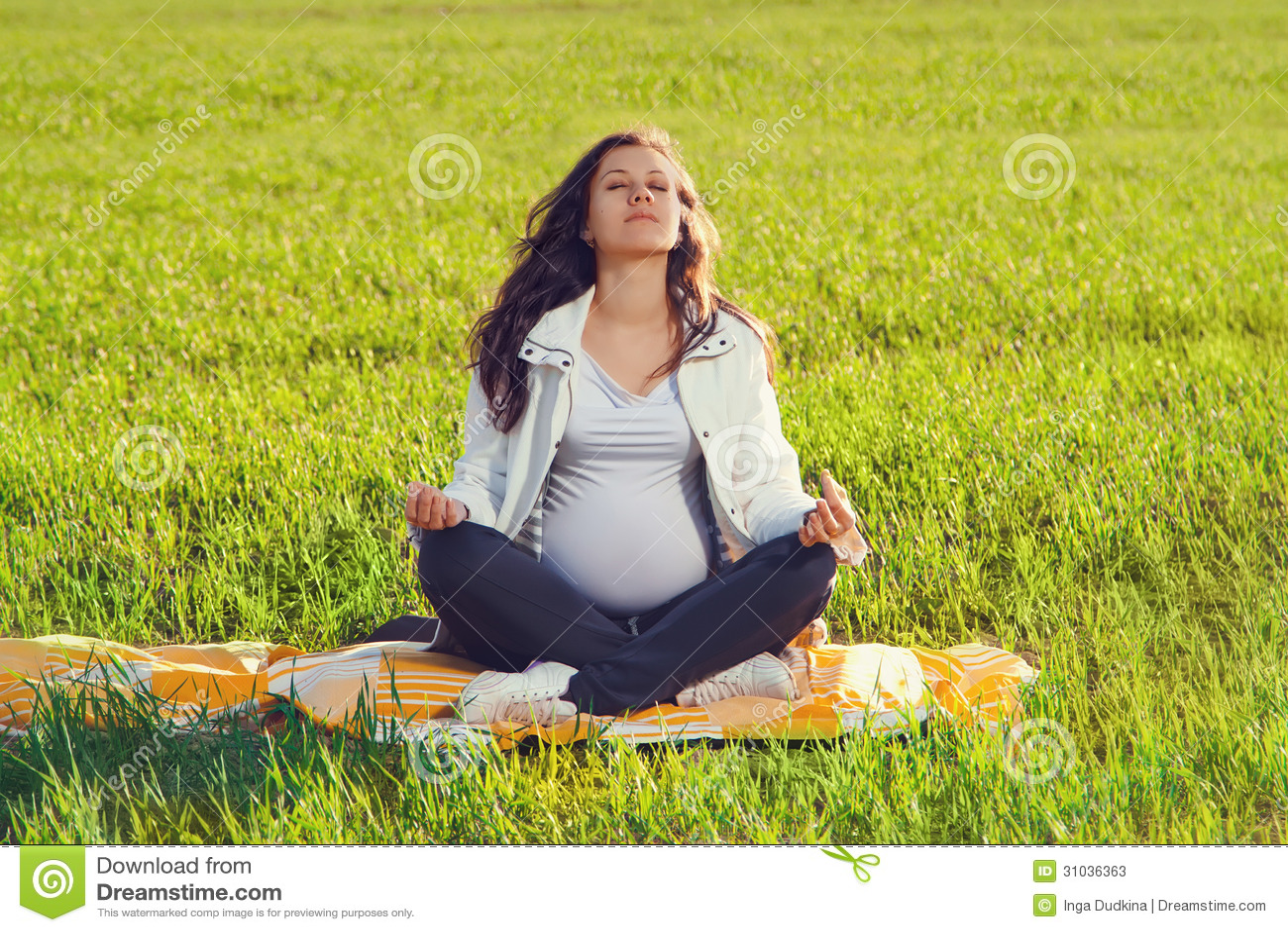 Красивая беременная женщина