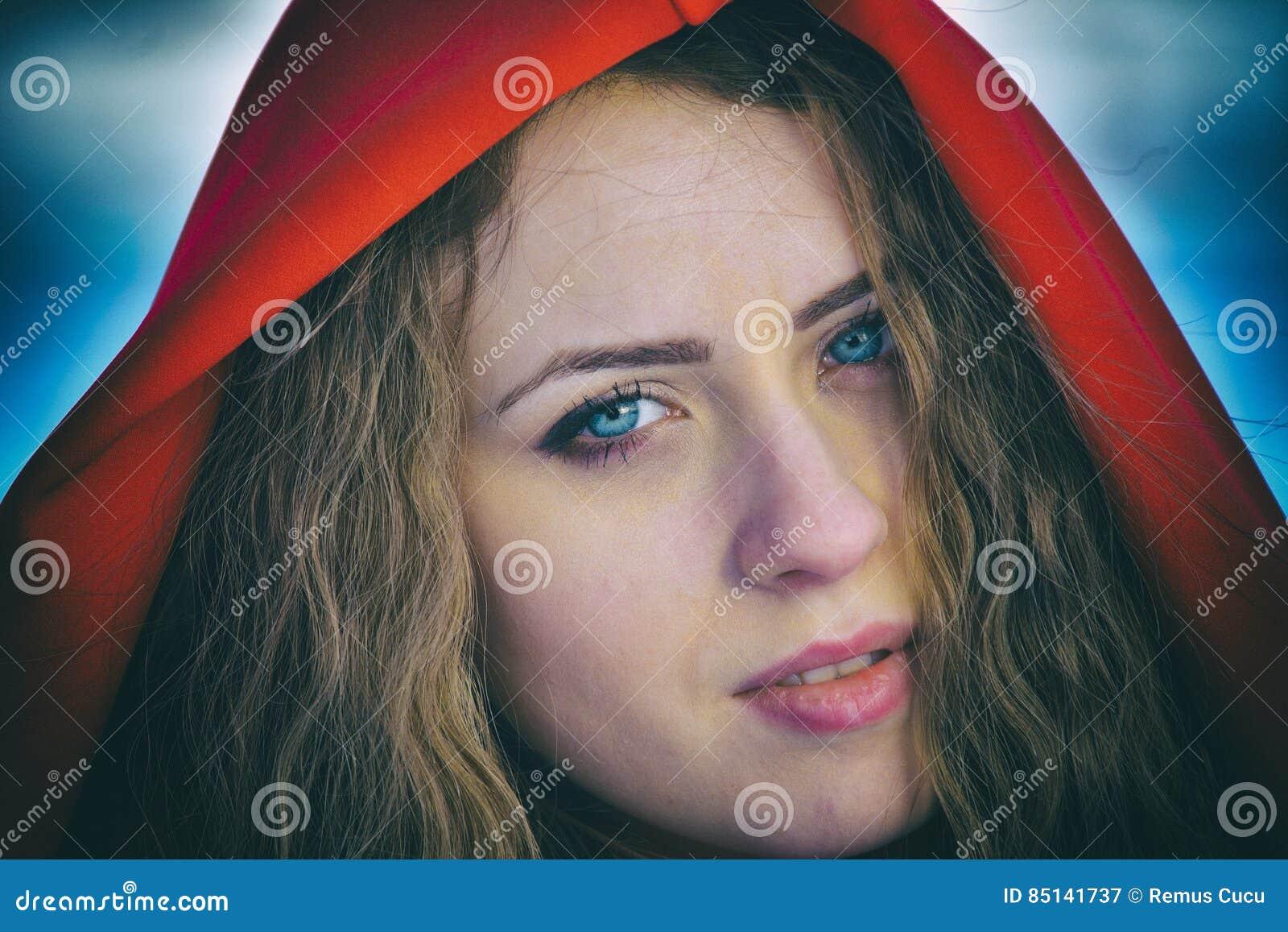 Красивая белокурая женщина представляя в снеге