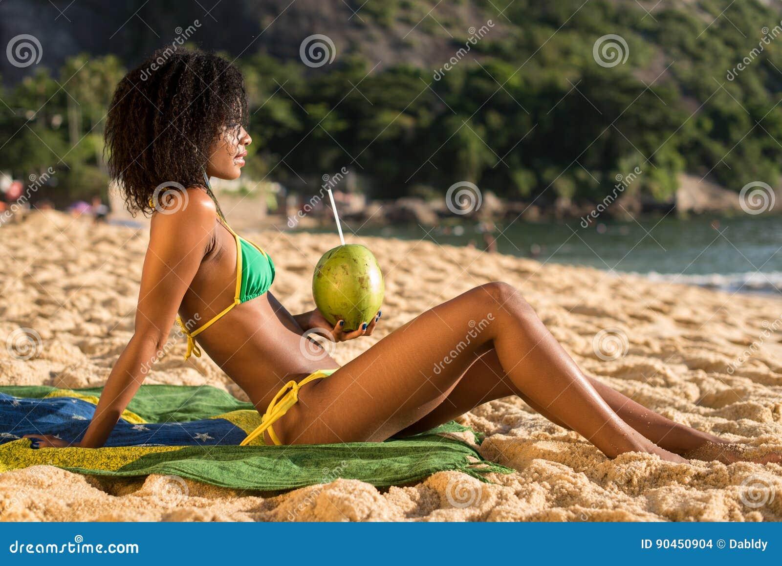 Фото красивых девушек на бразильском пляже фото 36-298