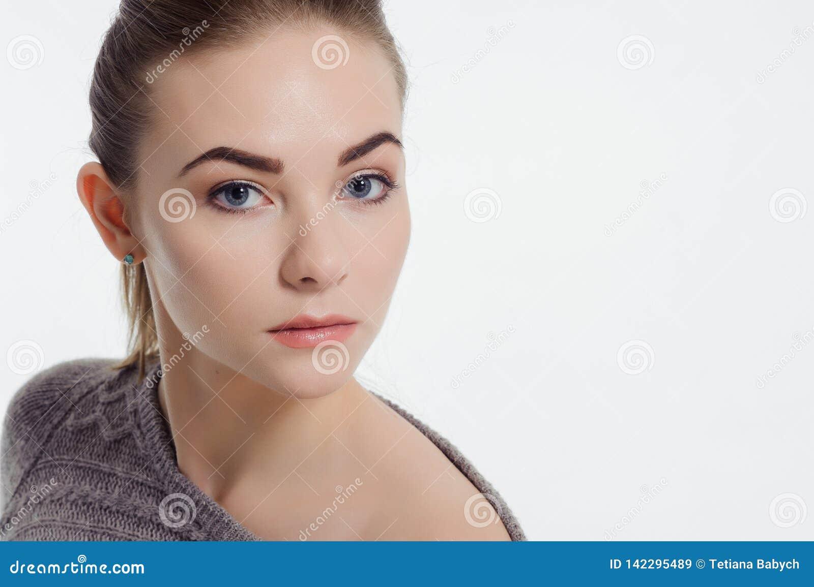 Красивая взрослая девушка представляя с обнаженным макияжем