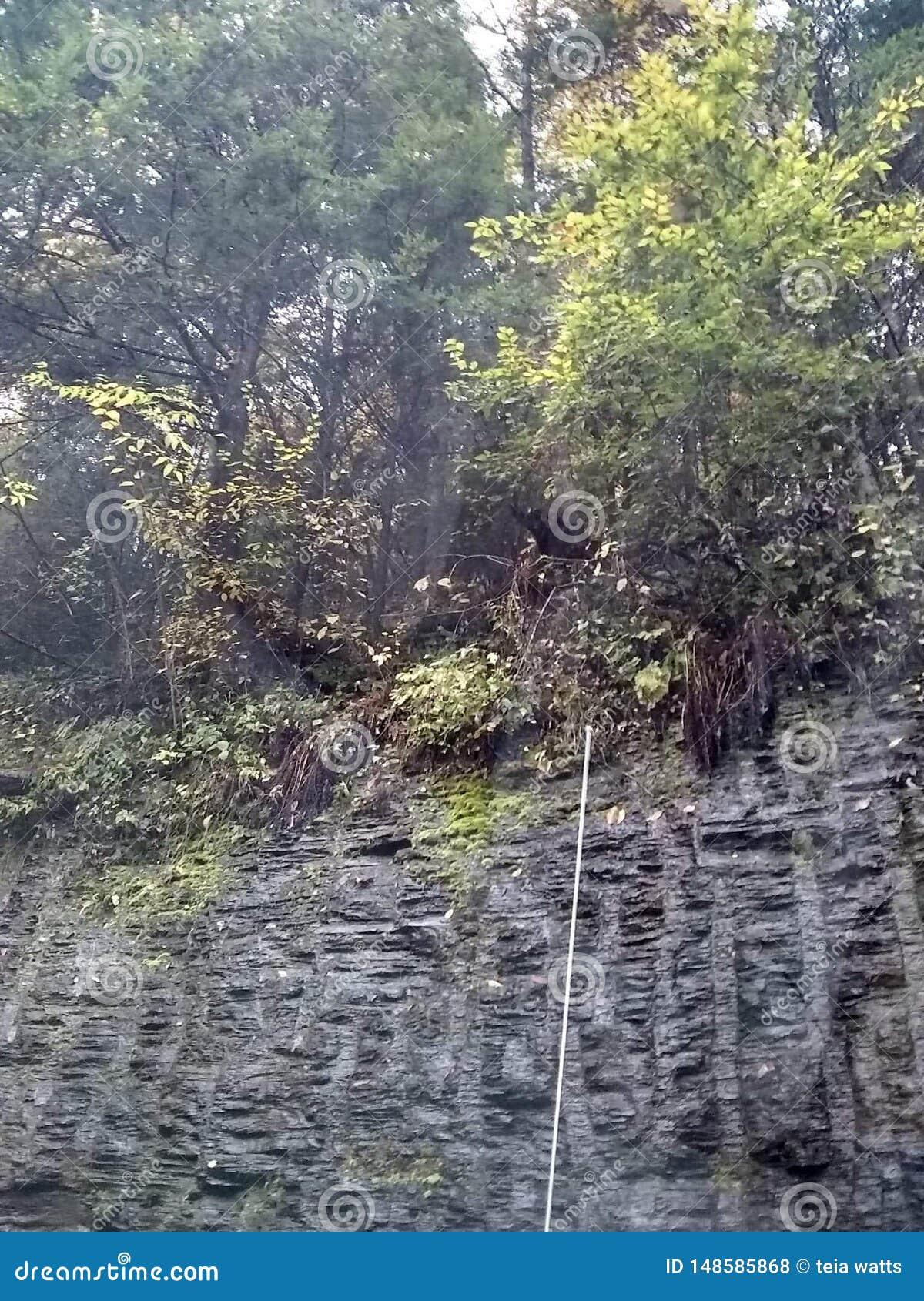 Красивая гора смотря на скалы старой дороги