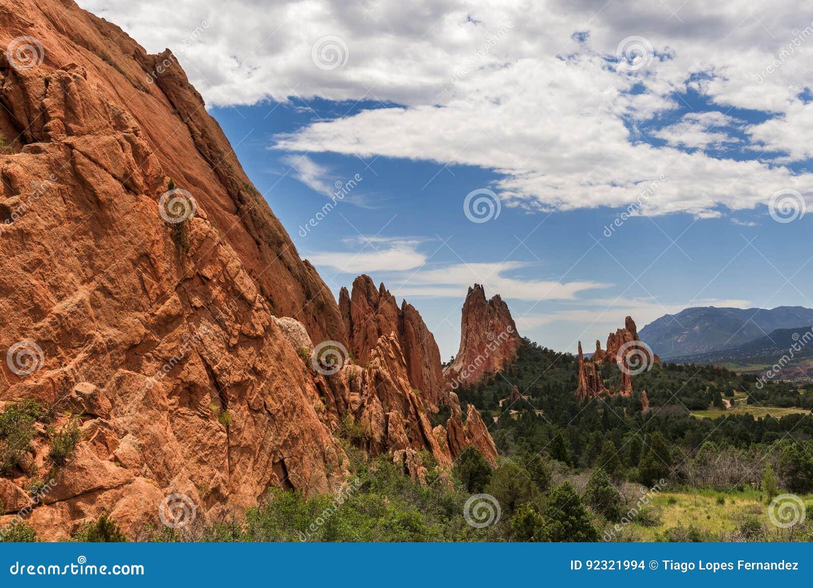 Красивая горная порода красного песчаника в парке штата Roxborough в Колорадо, около Денвера