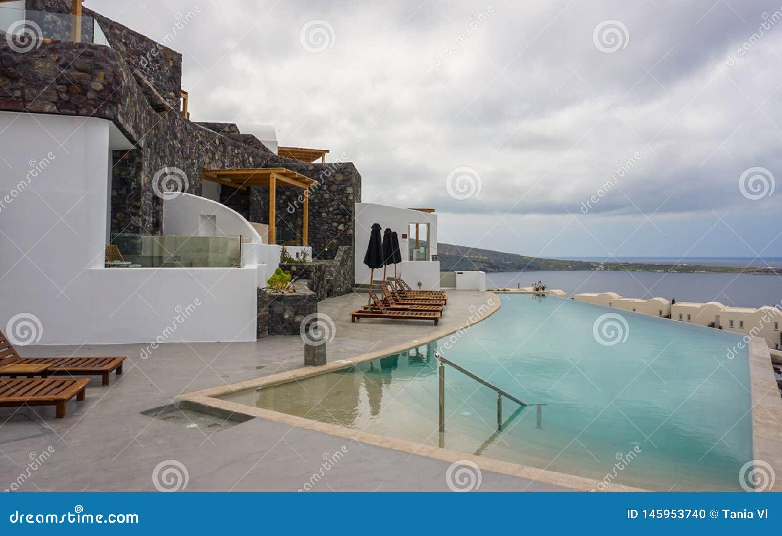 Красивая гостиница с бассейном и видом на море