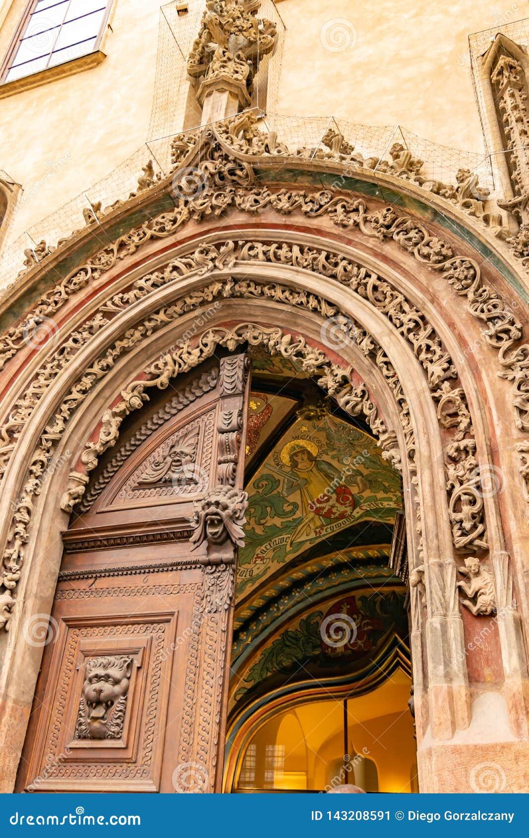 Красивая дверь в Праге
