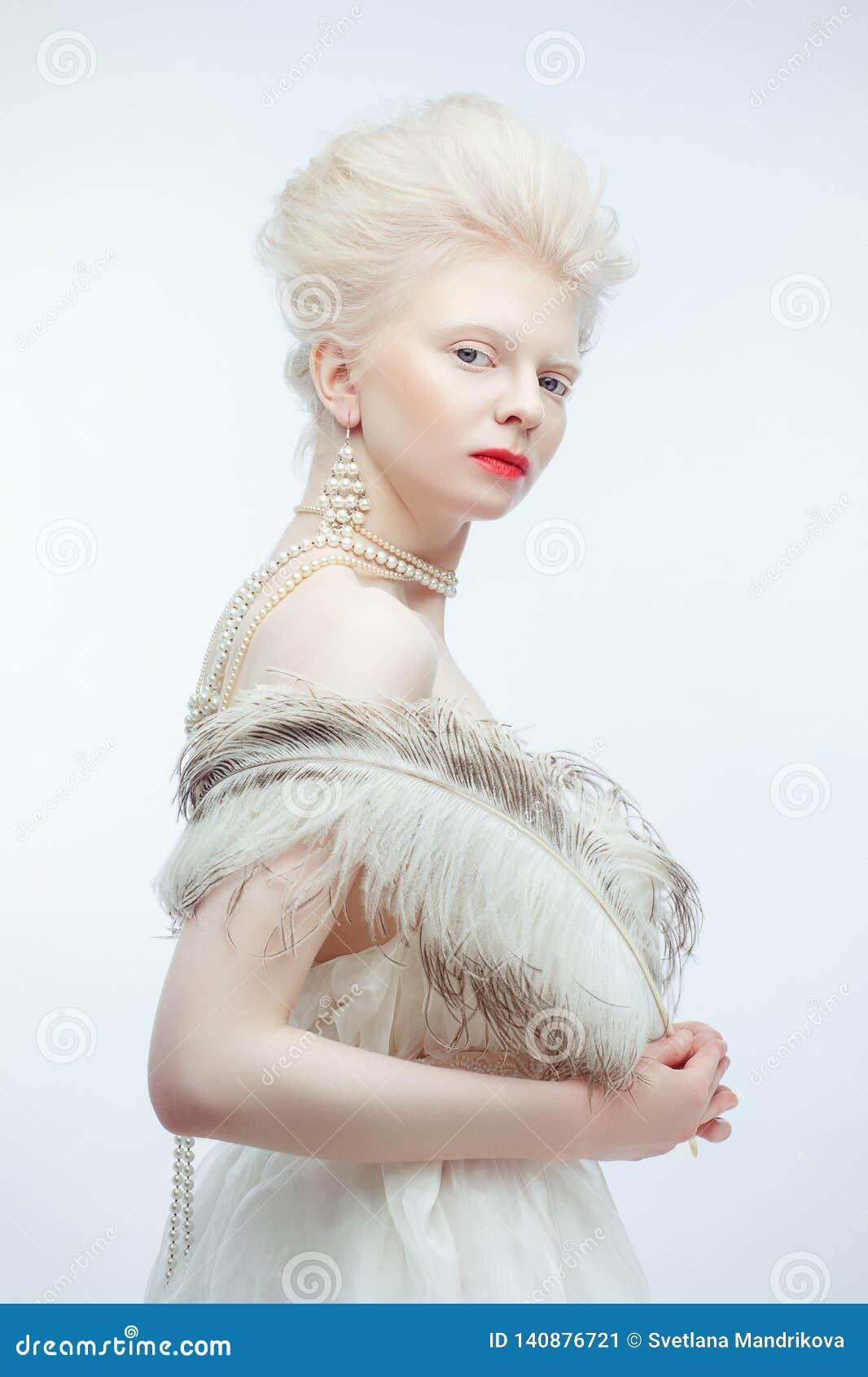 Красивая девушка альбиноса с красными губами на белой предпосылке