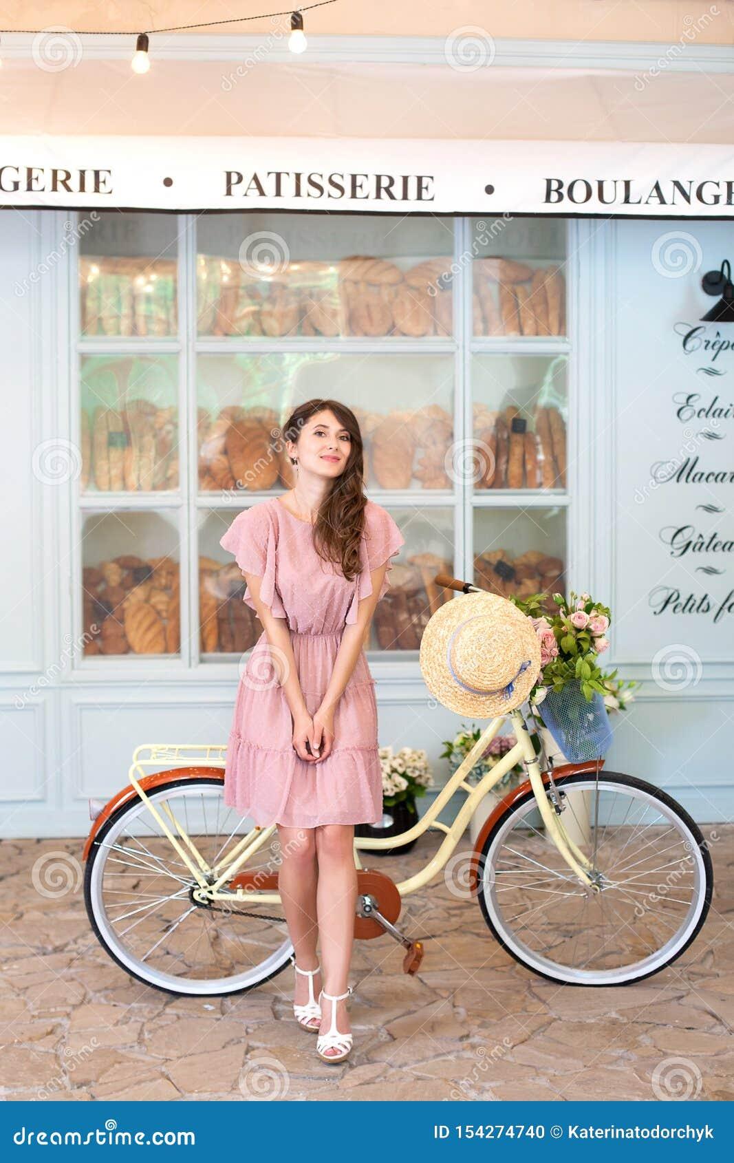 девушка на велосипеде на работу