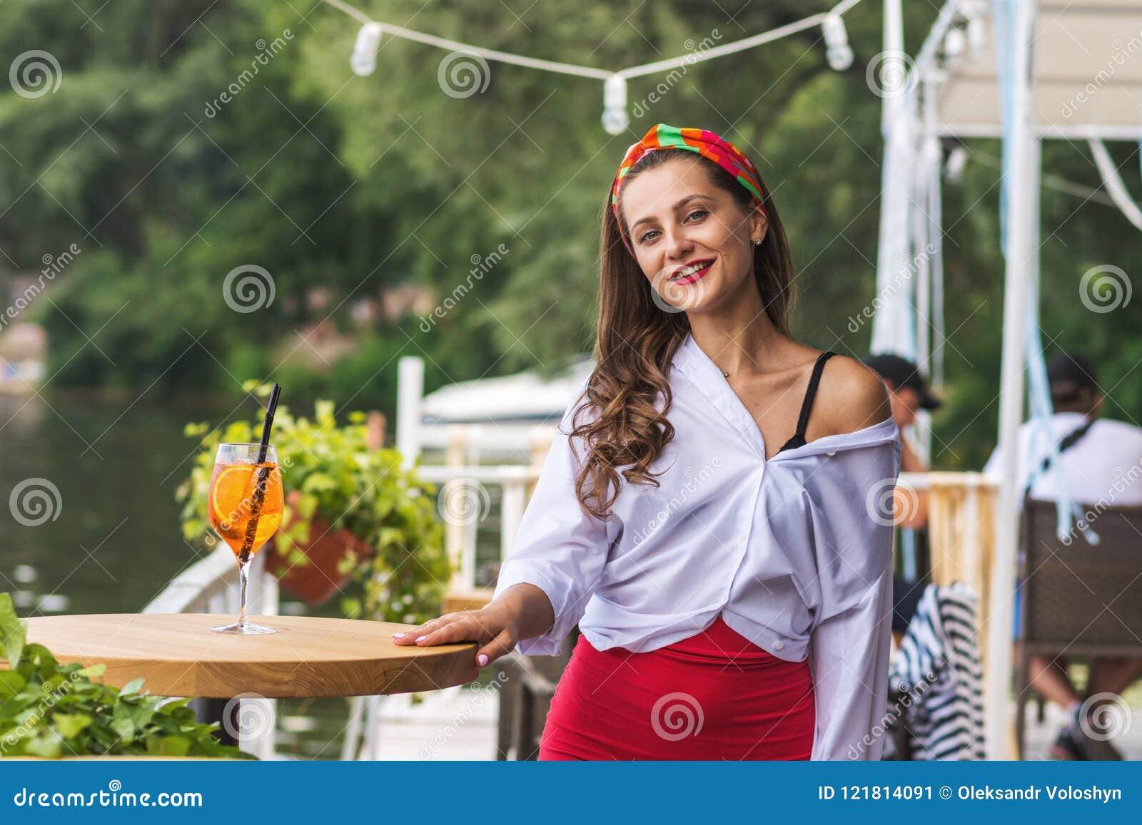 Красивая девушка в баре и иметь пляжа коктеиль