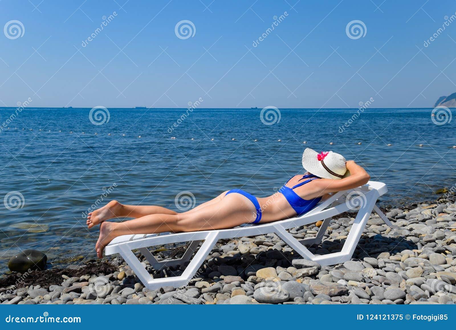 Короткостриженная блондинка на пляже — img 13